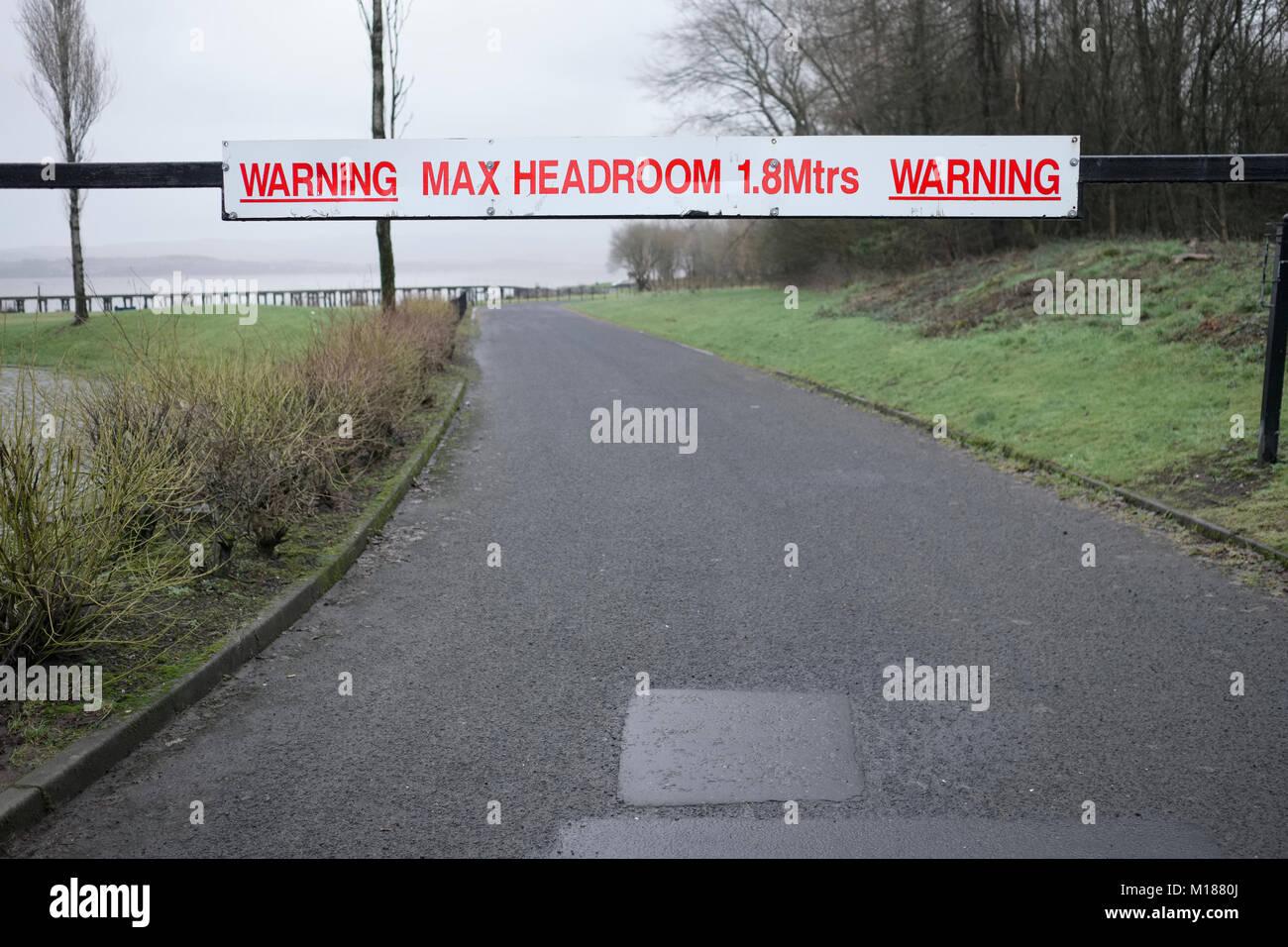 Max Headroom avertissement signer sur la route pour la sécurité des véhicules haut Photo Stock