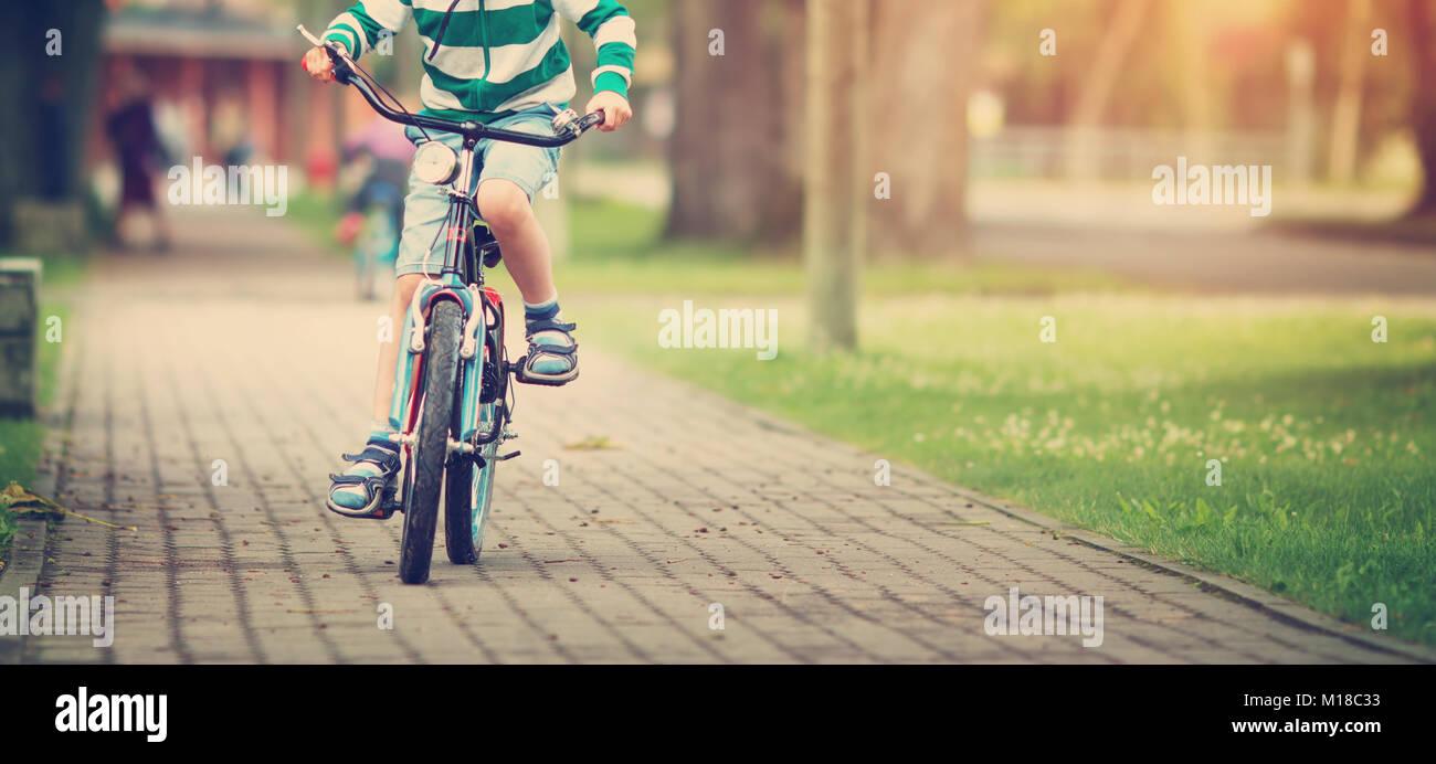 Enfant sur un vélo Photo Stock