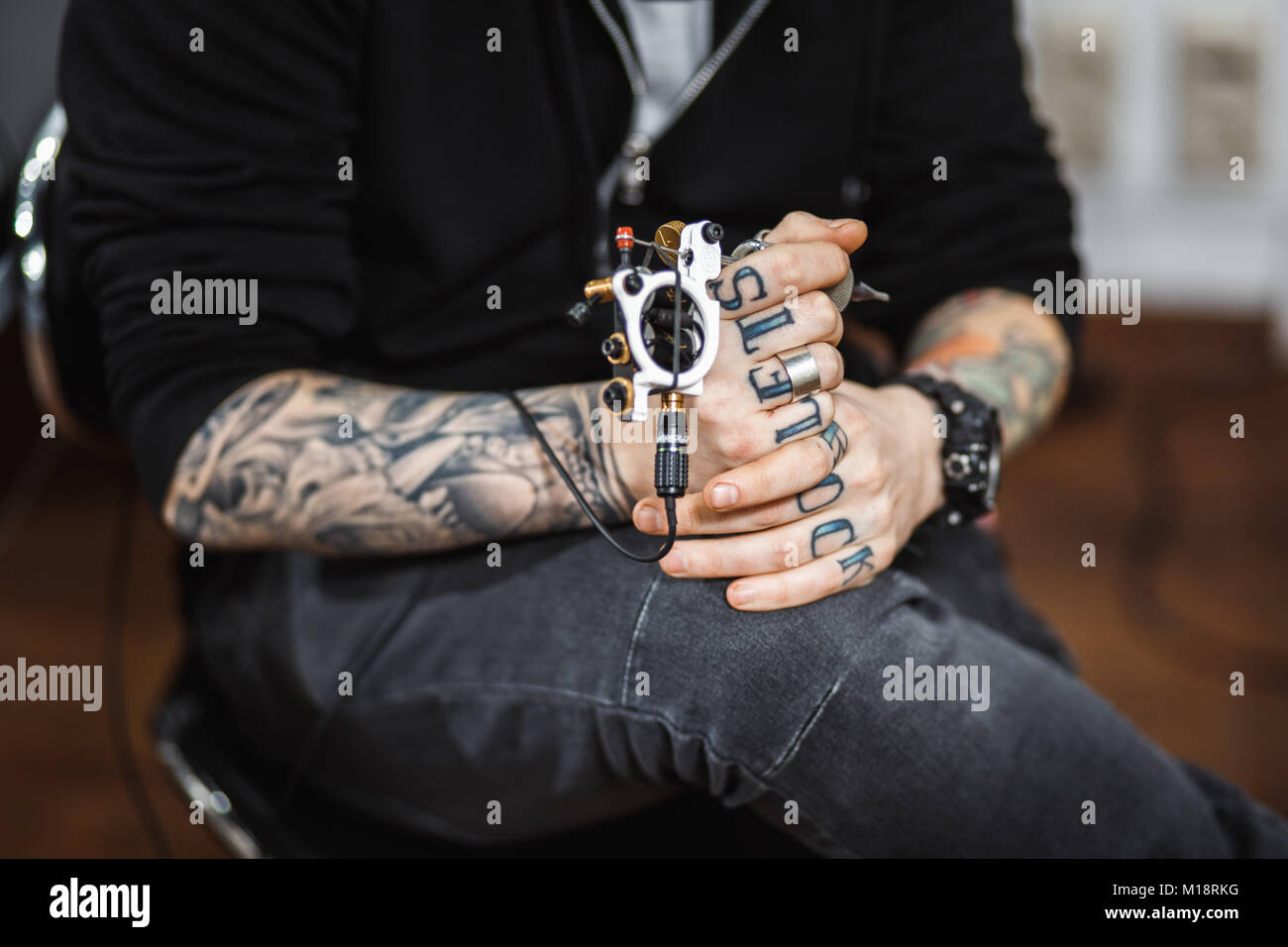 L'homme artiste de tatouage Photo Stock