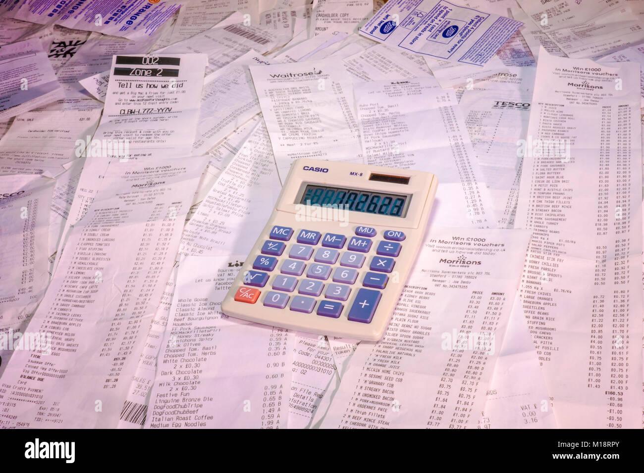 Une pile de factures / reçus shopping détaillée pour des achats multiples, principalement dans les Photo Stock