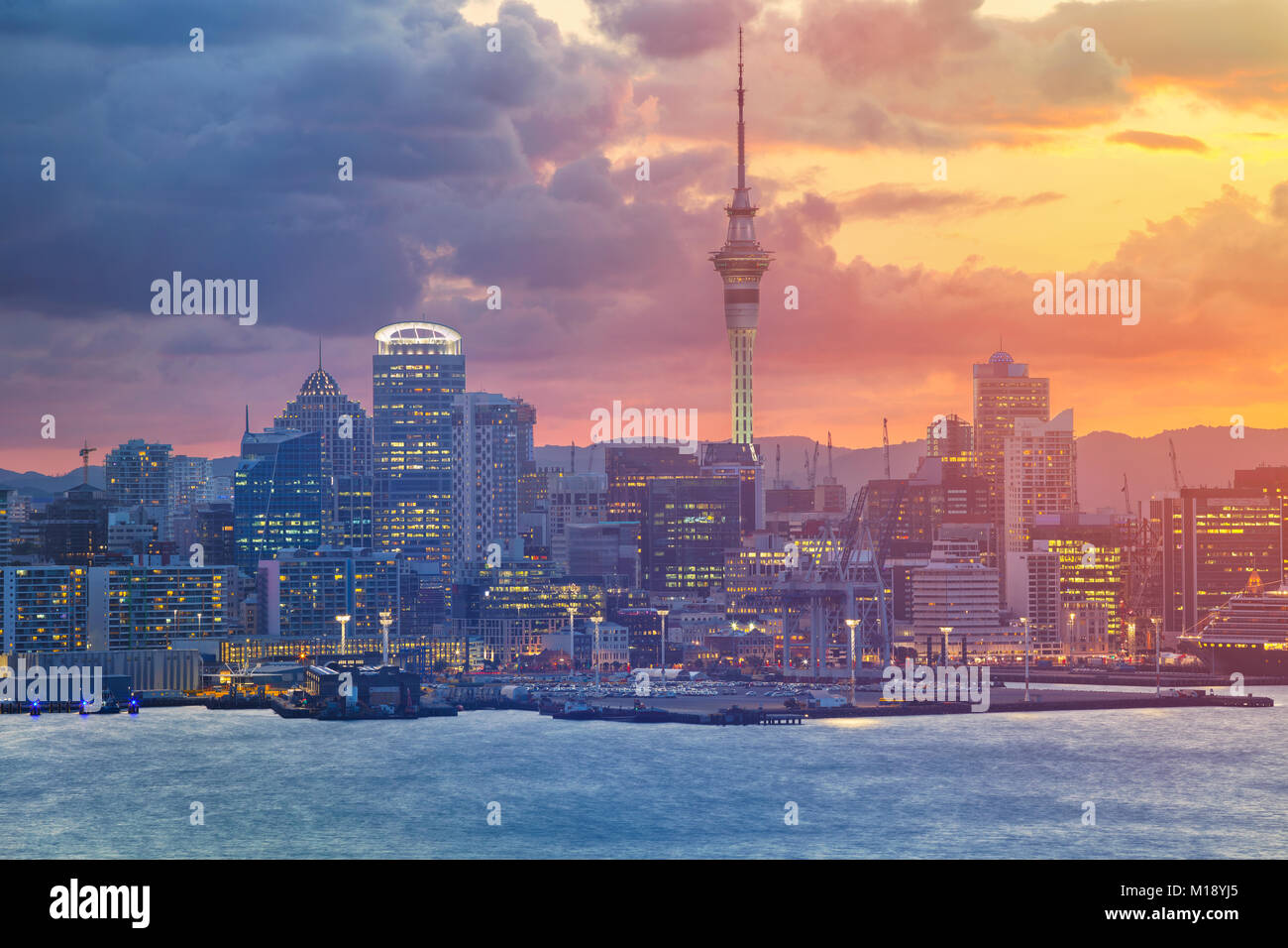 Auckland. Image de ville Auckland skyline, New Zealand pendant le coucher du soleil. Photo Stock
