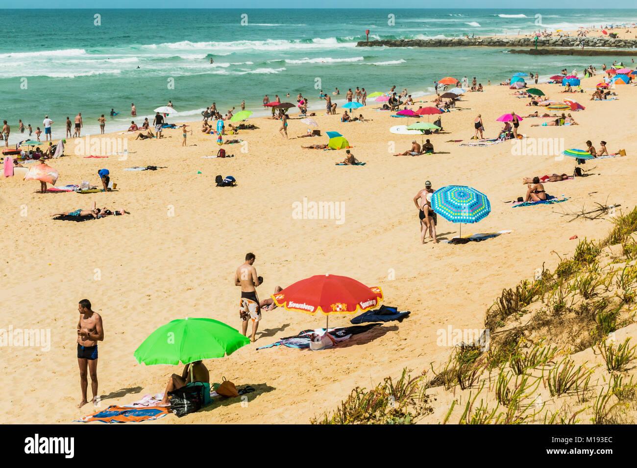 Foules estivales sur la populaire plage de surf à Mimizan, au sud-ouest de Bordeaux. Mimizan-Plage, Landes; Photo Stock