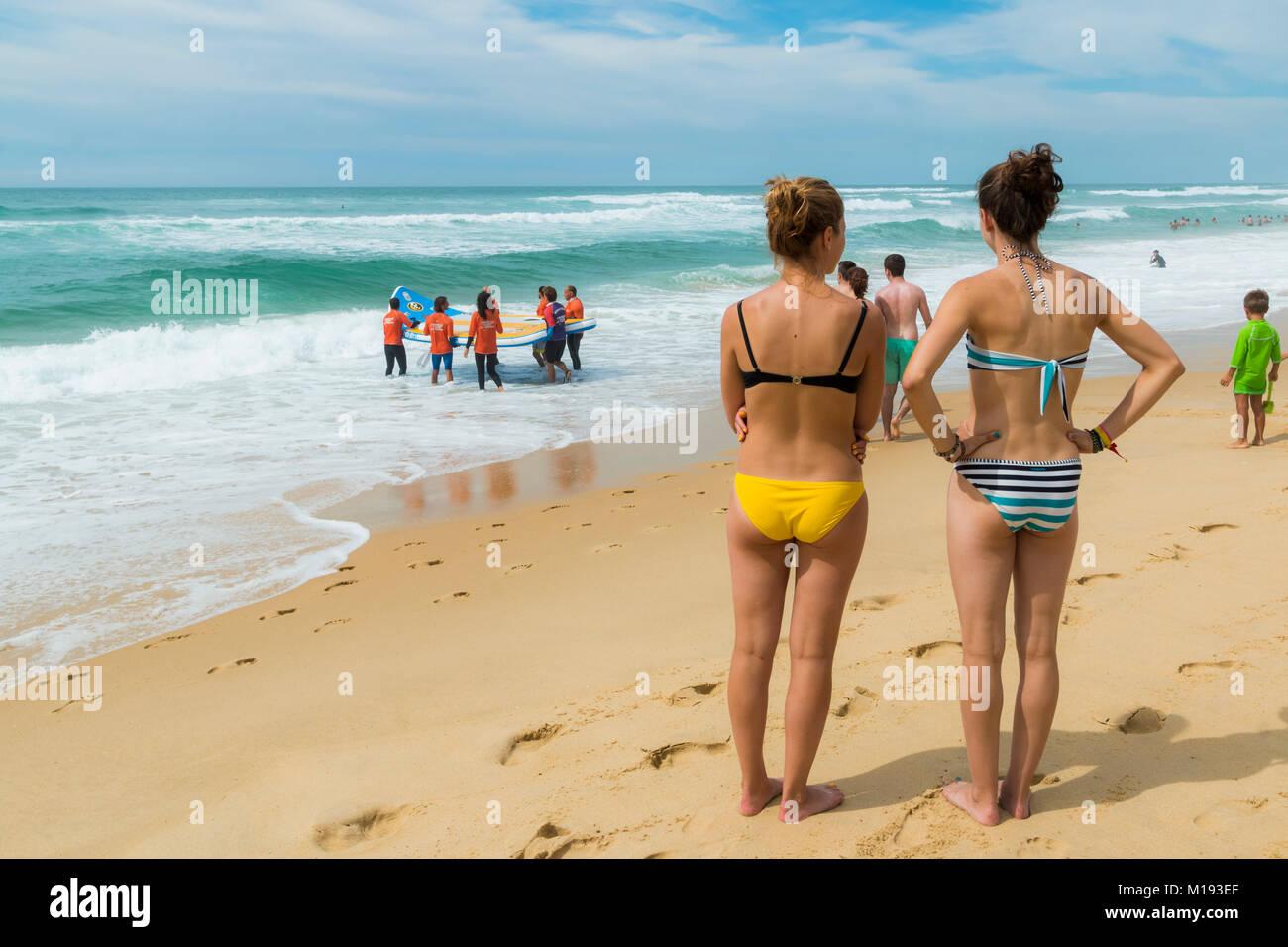 Pour regarder les surfeurs avec de grandes embarcations de surf à Mimizan Plage, au sud-ouest de Bordeaux. Photo Stock