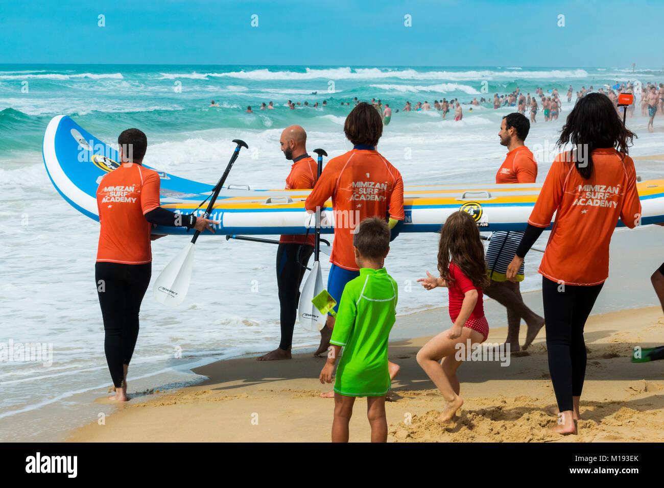 Les membres de l'académie de surf avec de grandes embarcations de surf à Mimizan Plage, au sud-ouest Photo Stock