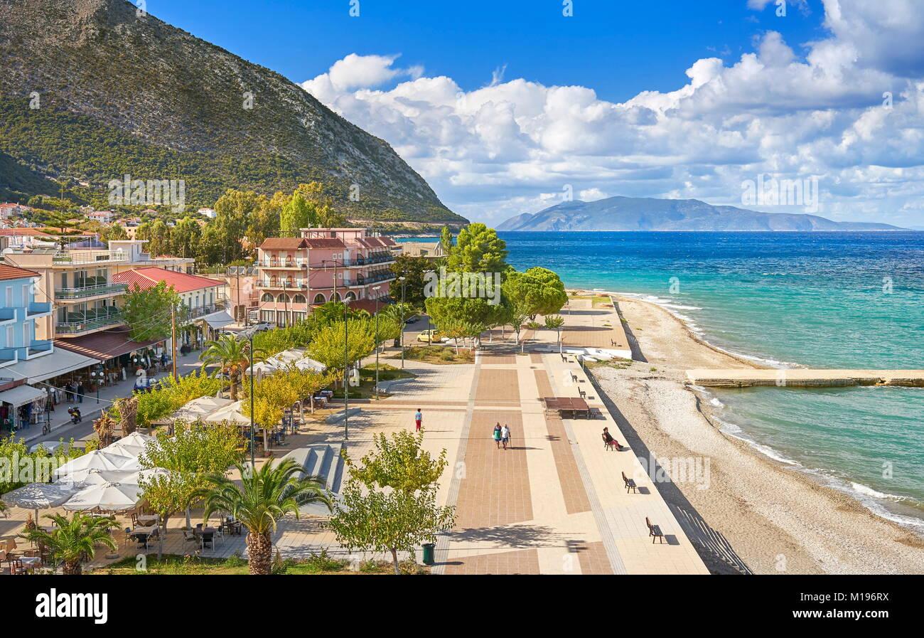 Promenade en bord de mer, la ville de Poros, l'île de Céphalonie, Grèce Photo Stock