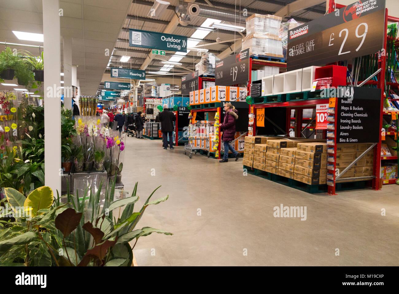 Vue intérieure générale à l'intérieur d'un nouvel entrepôt de Bordeaux UK Photo Stock