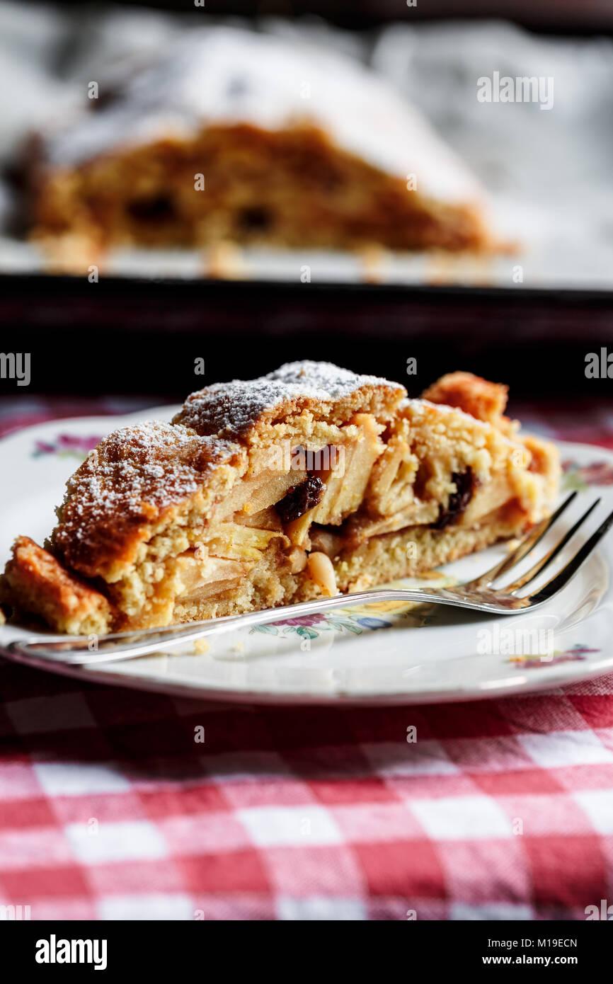 Tranches de strudel aux pommes sur la plaque Photo Stock