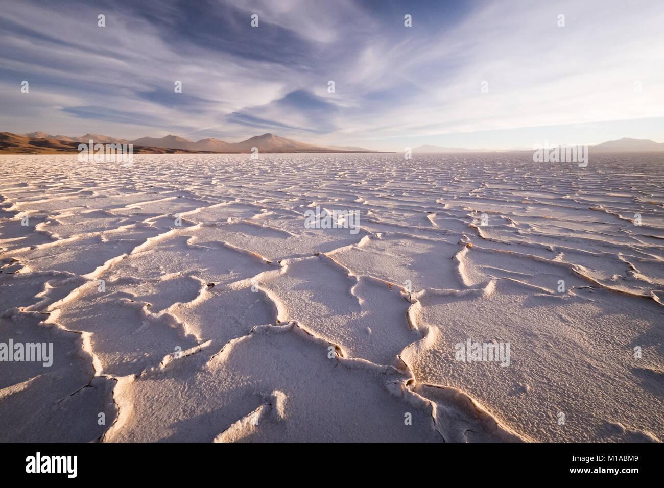 Crépuscule sur le Salar de Uyuni en Bolivie. Les formes de sel sont clairement vus contre collines au loin. Photo Stock