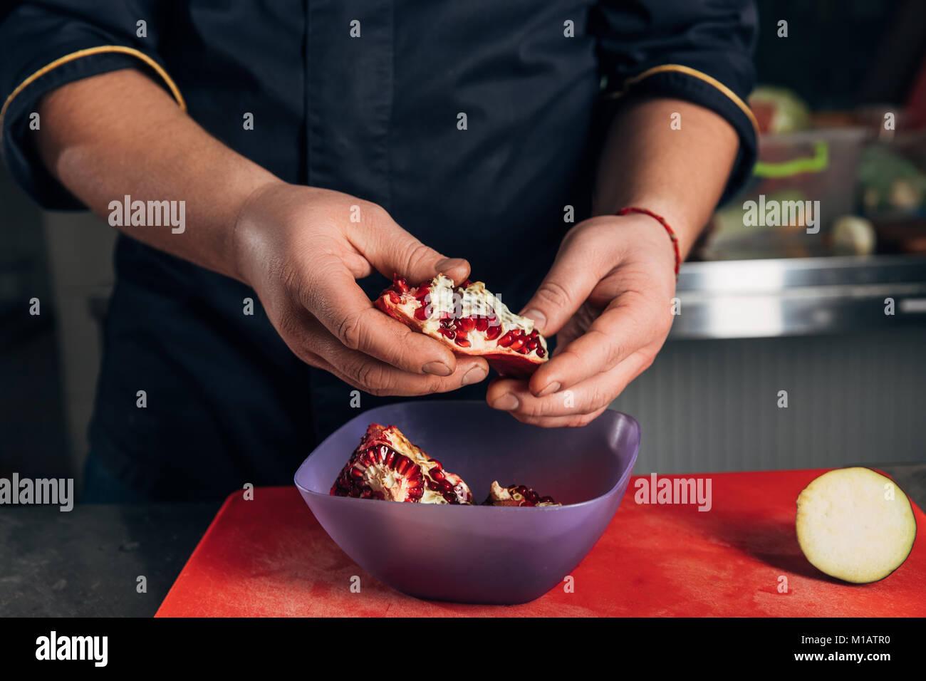 Cropped shot of chef de cuisine à grenade pour restaurant Photo Stock