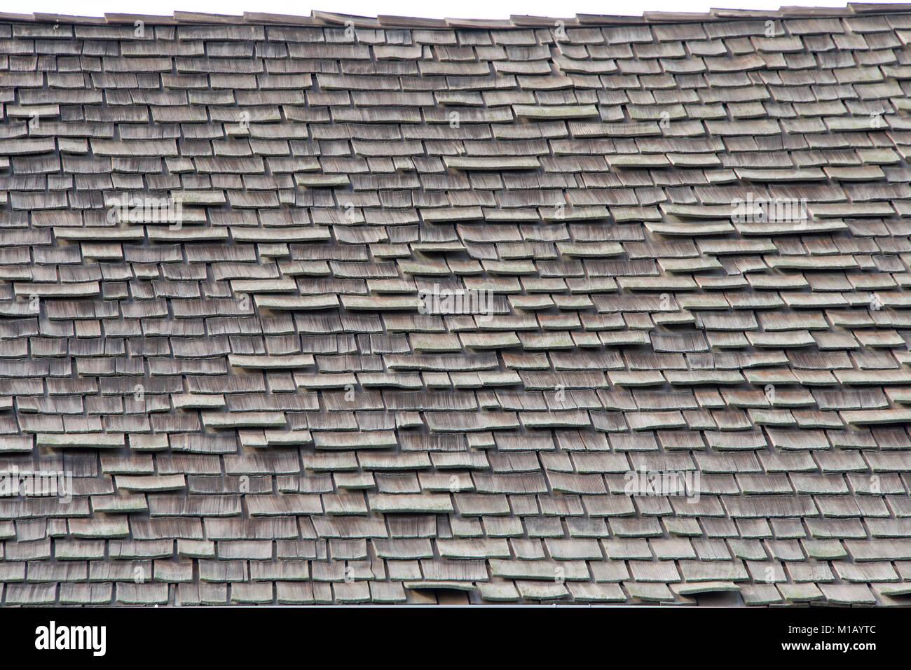 Couvrir Un Toit toit de bardeaux de bois en mauvais état. les bardeaux de bois sont