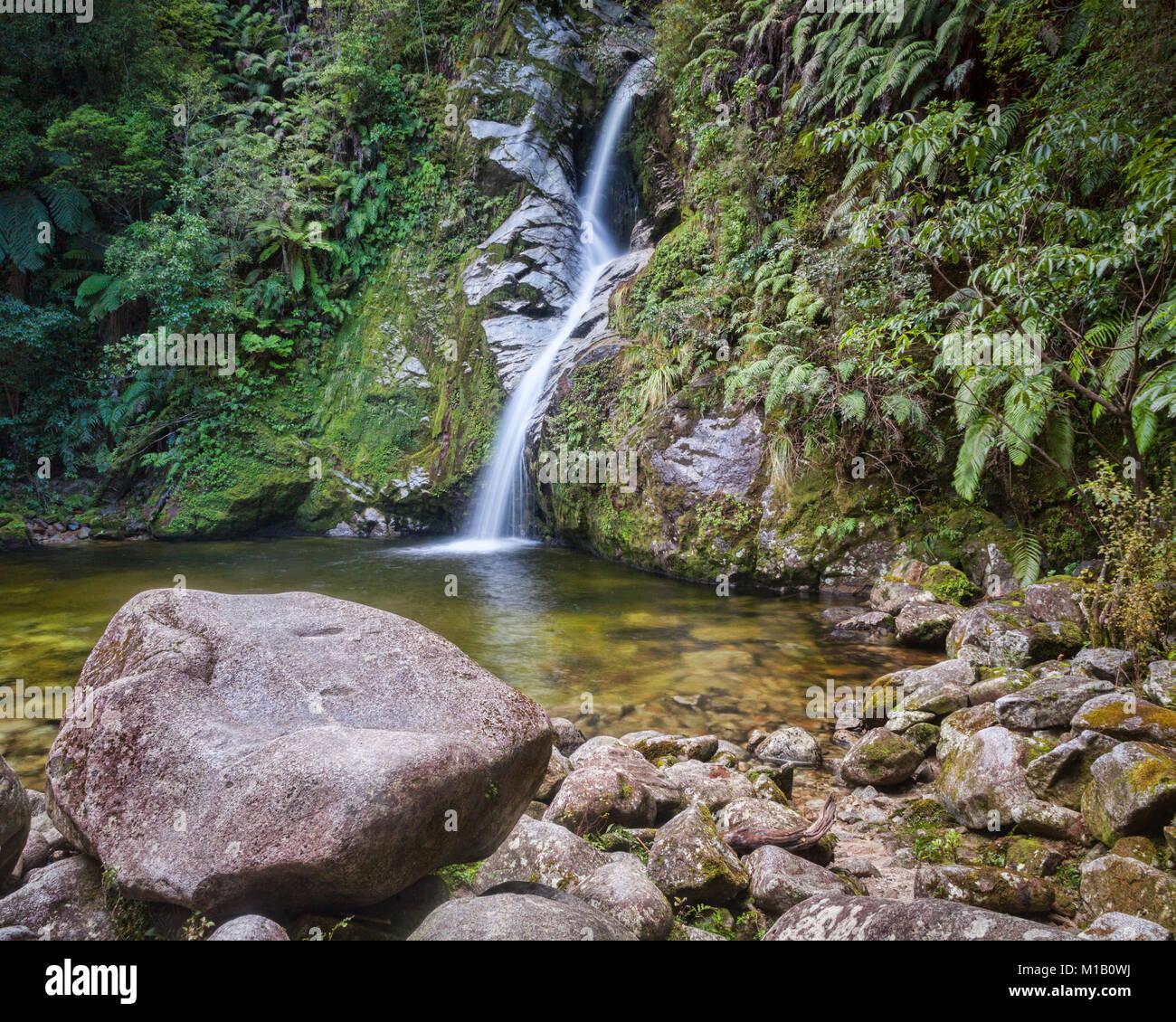 Dorothy Falls au lac Kaniere. sur la côte ouest de l'île du Sud, Nouvelle-Zélande. Photo Stock