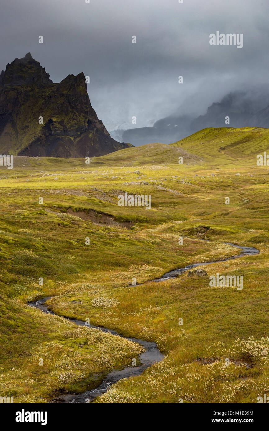 River mène à une vallée entre les glaciers du sud-est de l'Islande Photo Stock