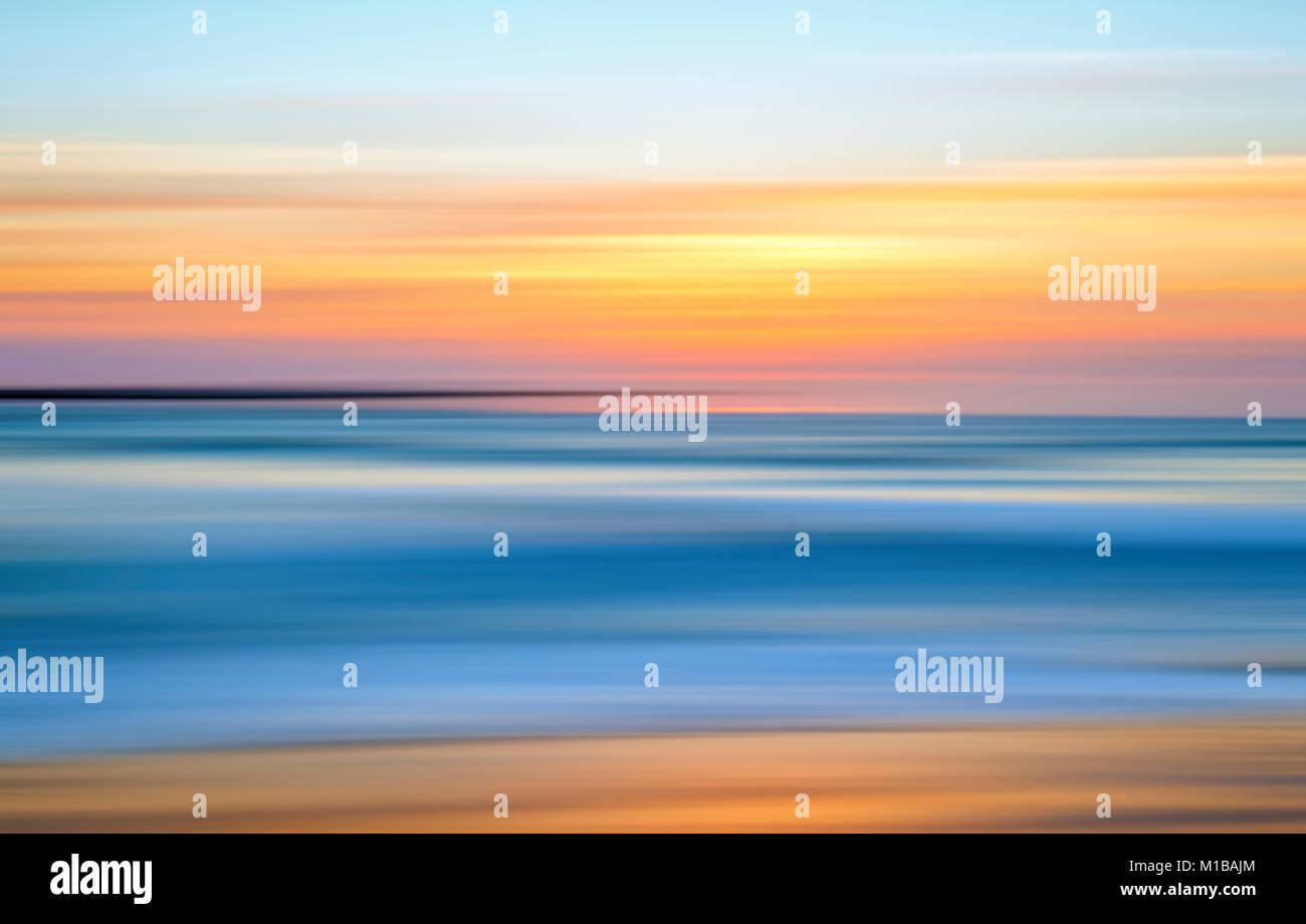 Coucher du soleil côtières avec effet de flou. Photo Stock