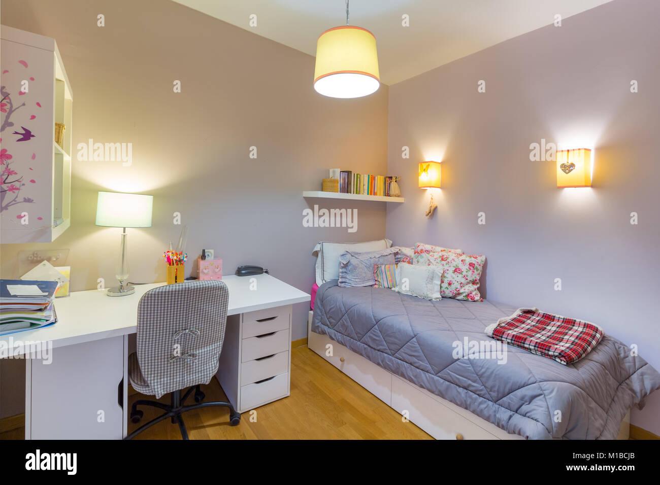L intérieur confortable chambre d une jeune femme avec laminé