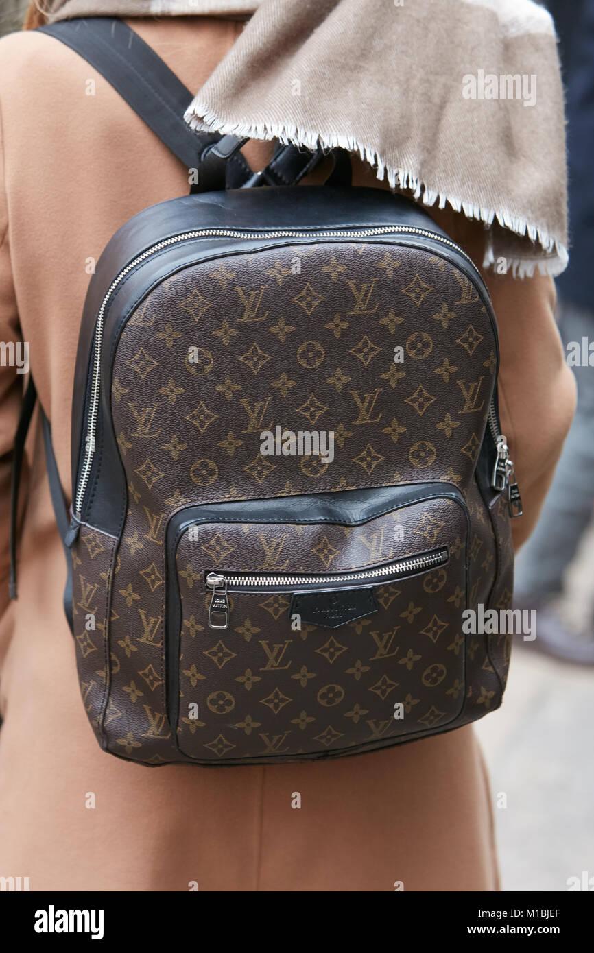 02263086e225 MILAN - janvier 15   Femme avec Louis Vuitton sac à dos marron et beige  coat avant Fendi fashion show, Milan Fashion Week street style le 15  janvier 2