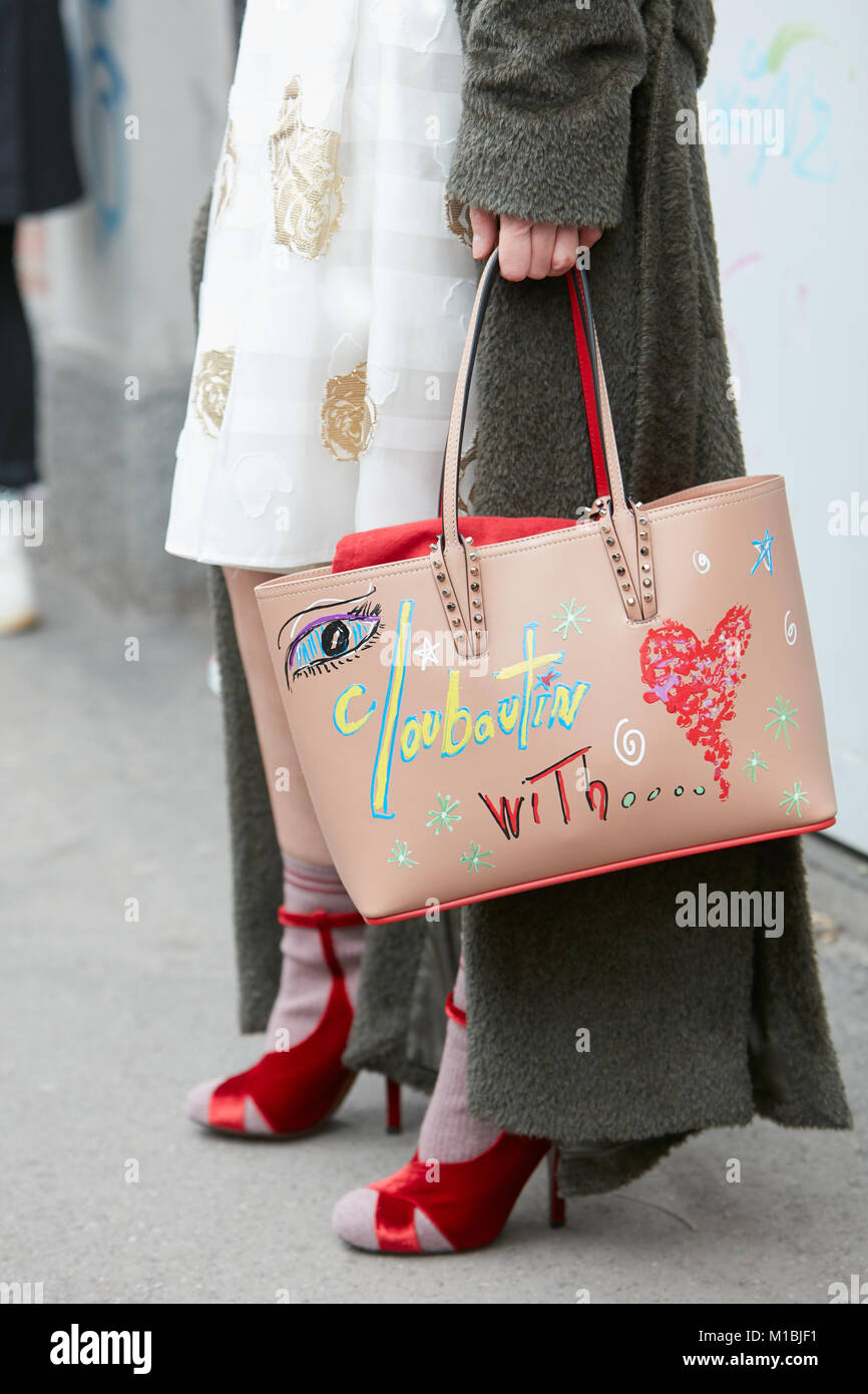 MILAN - janvier 15   Femme avec Louboutin décorées beige velours rouge Sac  en cuir chaussures 69251f8f21c