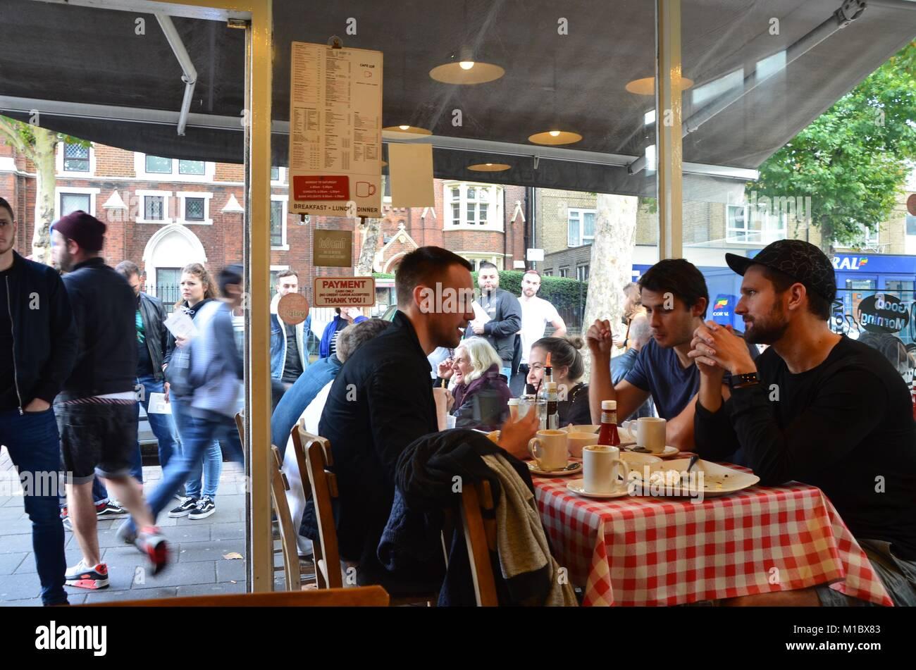 Columbia Road Flower Market East London UK sur un dimanche ensoleillé 2017 Photo Stock