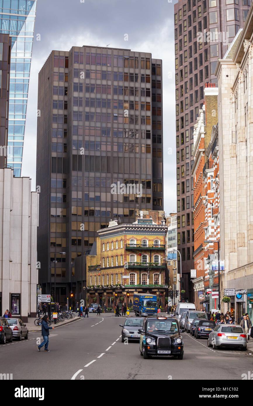Londres, Royaume-Uni - 29 octobre 2012: taxi se déplace le long de la ligne d'artillerie avec le bâtiment pub Albert Banque D'Images