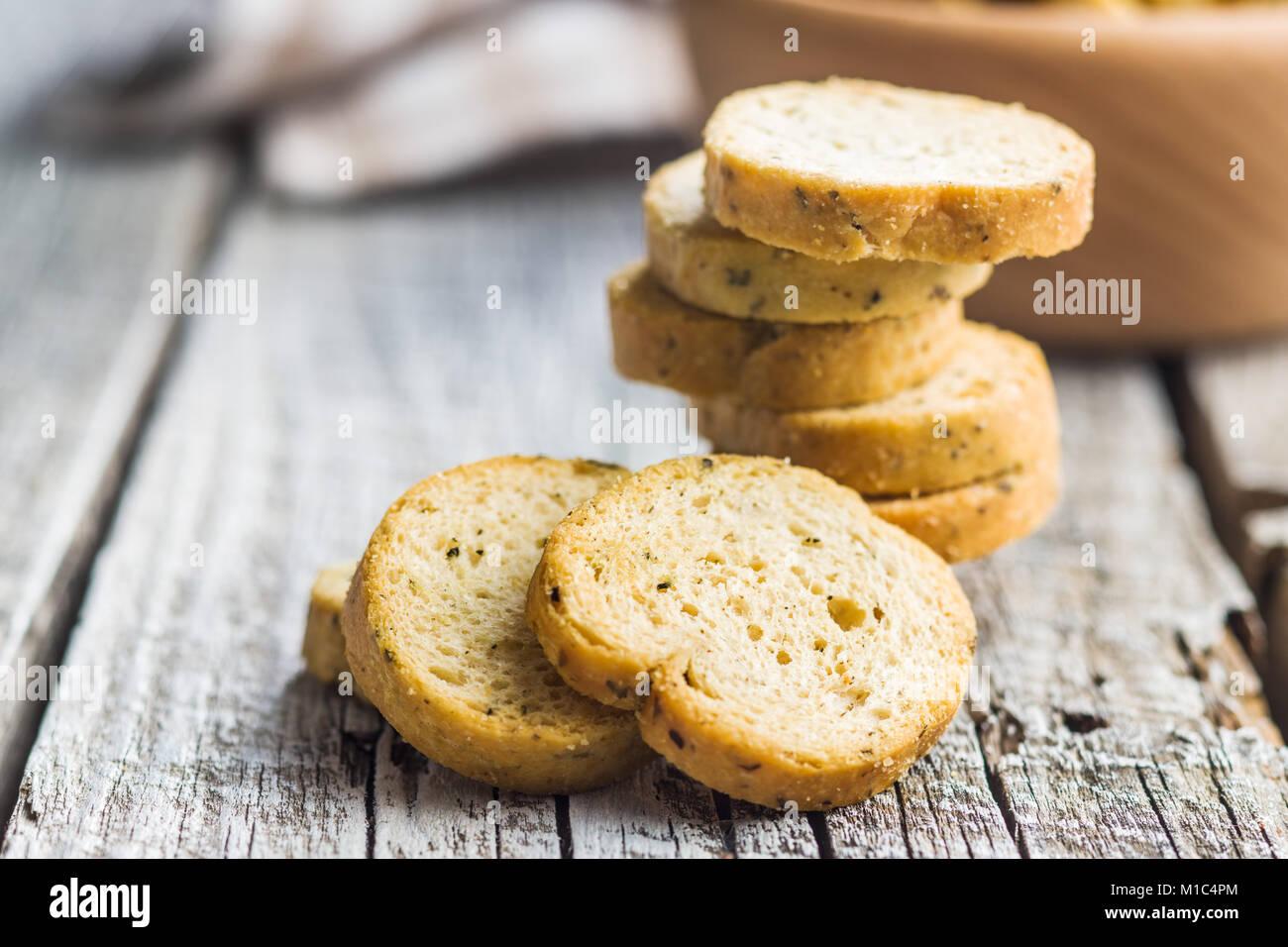 Bruschetta de pain croûté sur la vieille table en bois. Photo Stock