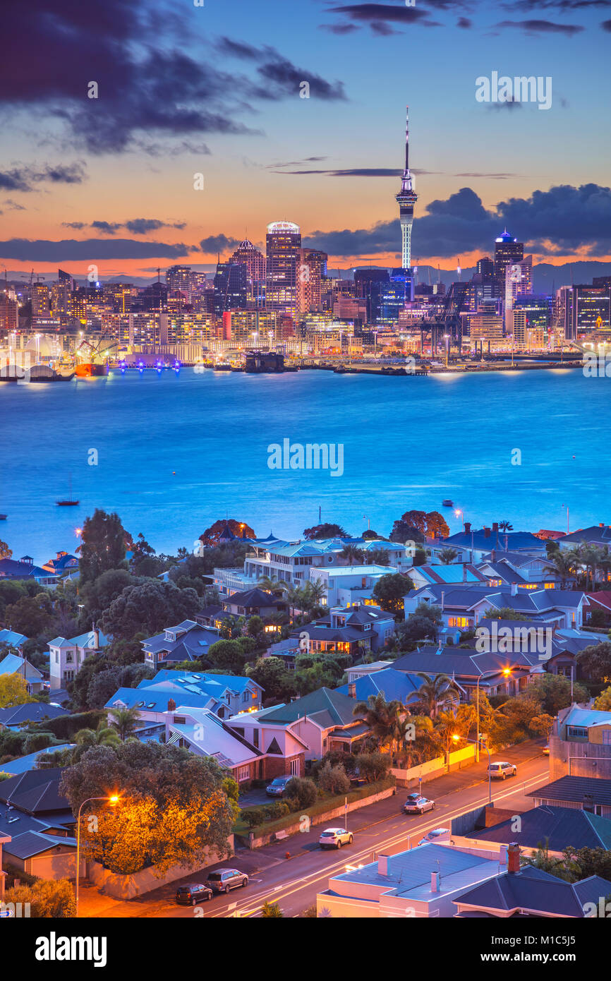 Auckland. Image de ville Auckland skyline, New Zealand pendant le coucher du soleil avec les Davenport au premier Banque D'Images