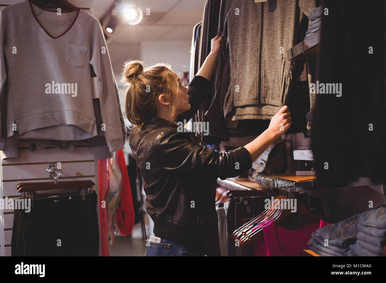 Belle woman shopping for clothes Banque D'Images