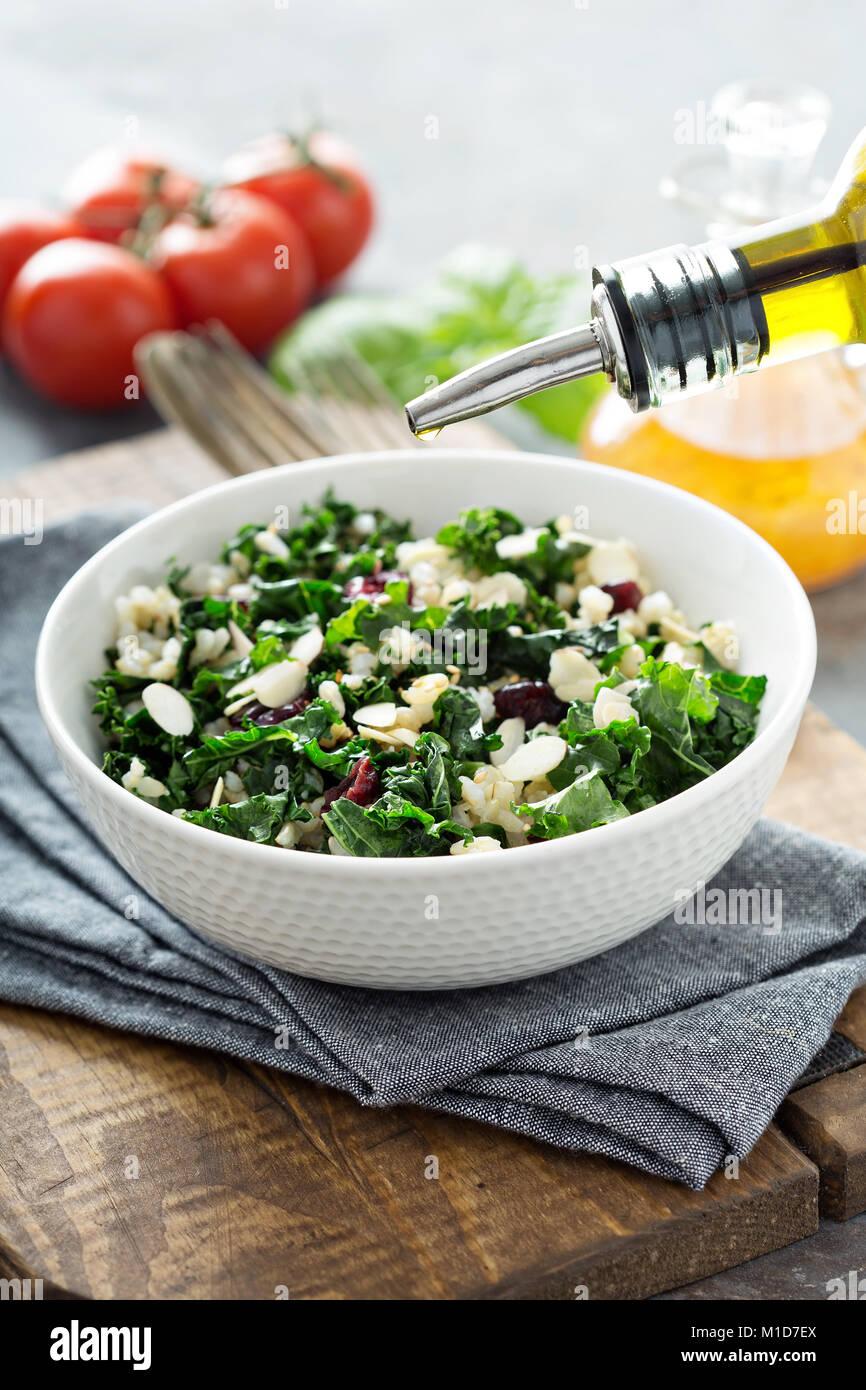 Salade de chou chaud avec du riz brun et de canneberges Photo Stock