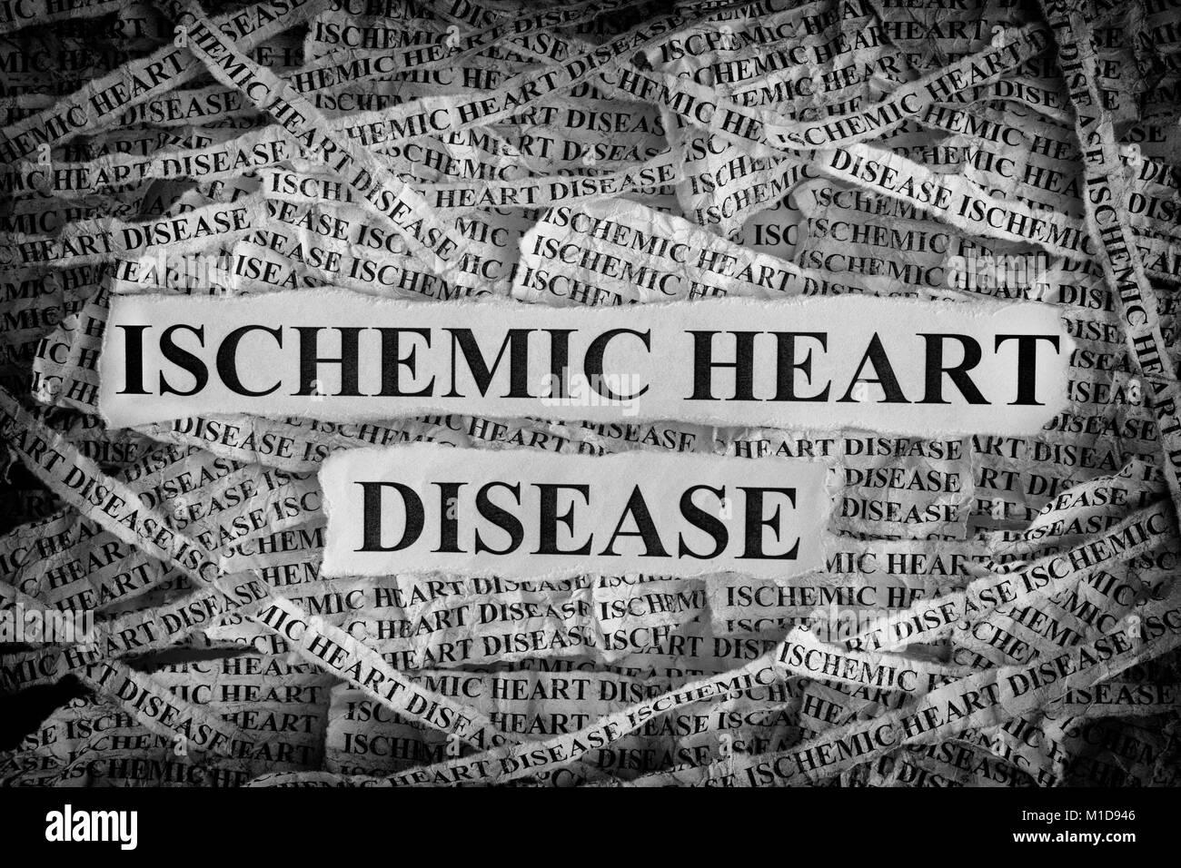 La maladie cardiaque ischémique. Morceaux de papier avec les mots La maladie cardiaque ischémique. Notion Photo Stock