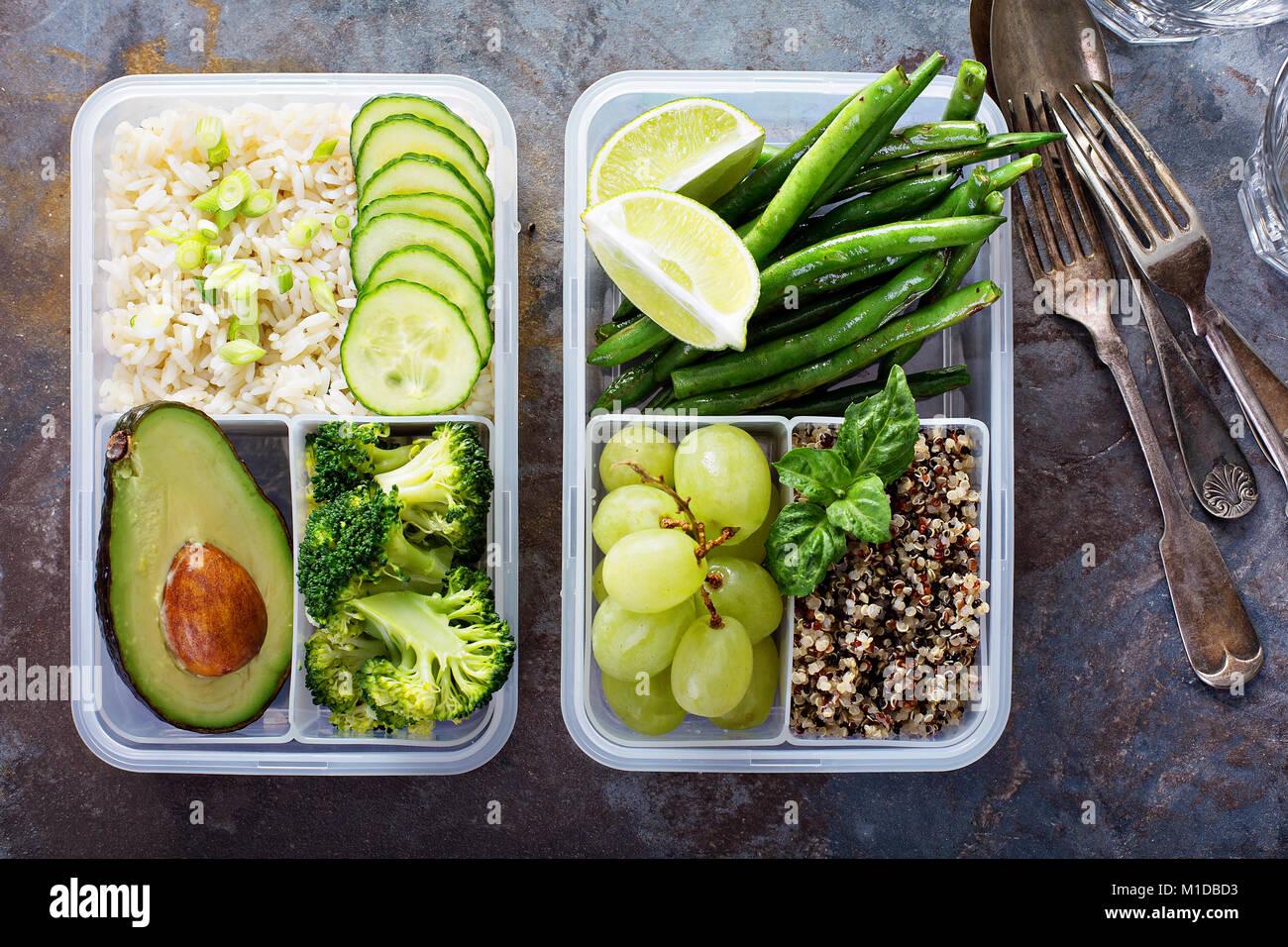 Les conteneurs verts préparation des repas végétaliens avec du riz et légumes Photo Stock