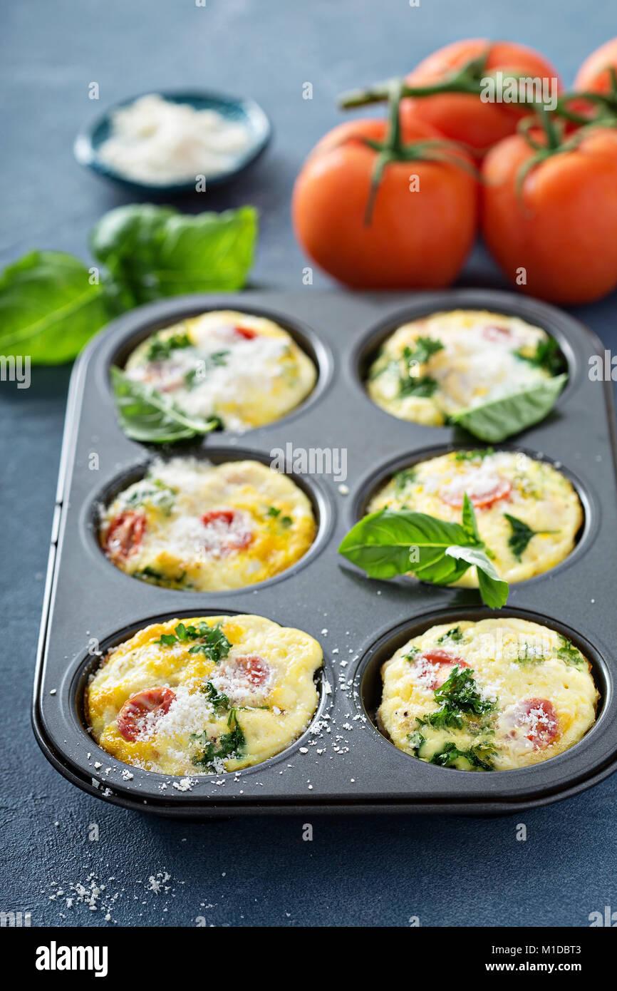 Oeufs sains muffins, mini frittatas aux tomates Photo Stock