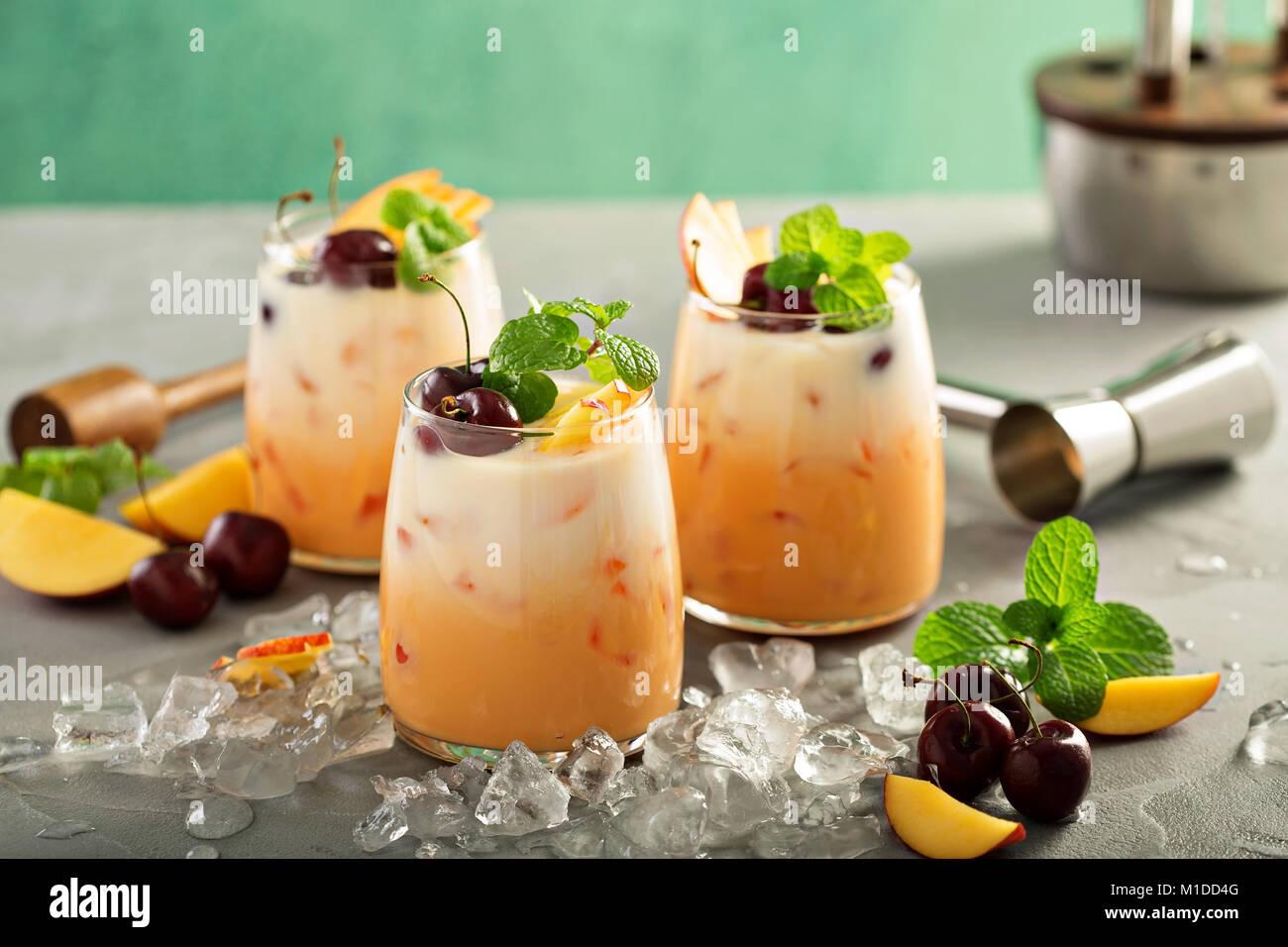 Cerise d'été et pêche cocktail de lait de coco Photo Stock