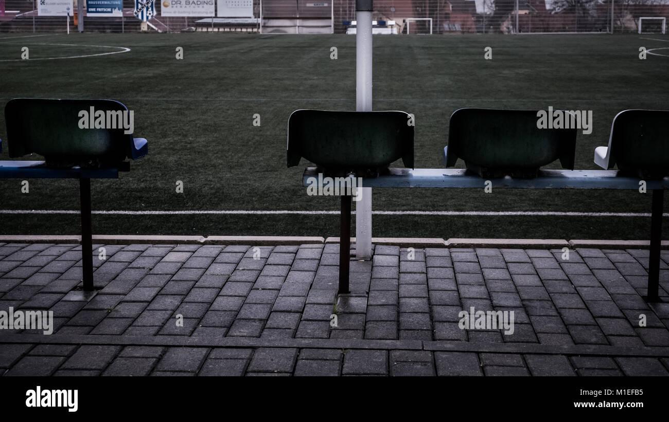 Terrain de soccer vide et chaises/sièges dans une petite communauté. Temps gris et pluvieux. Mauvaise Photo Stock