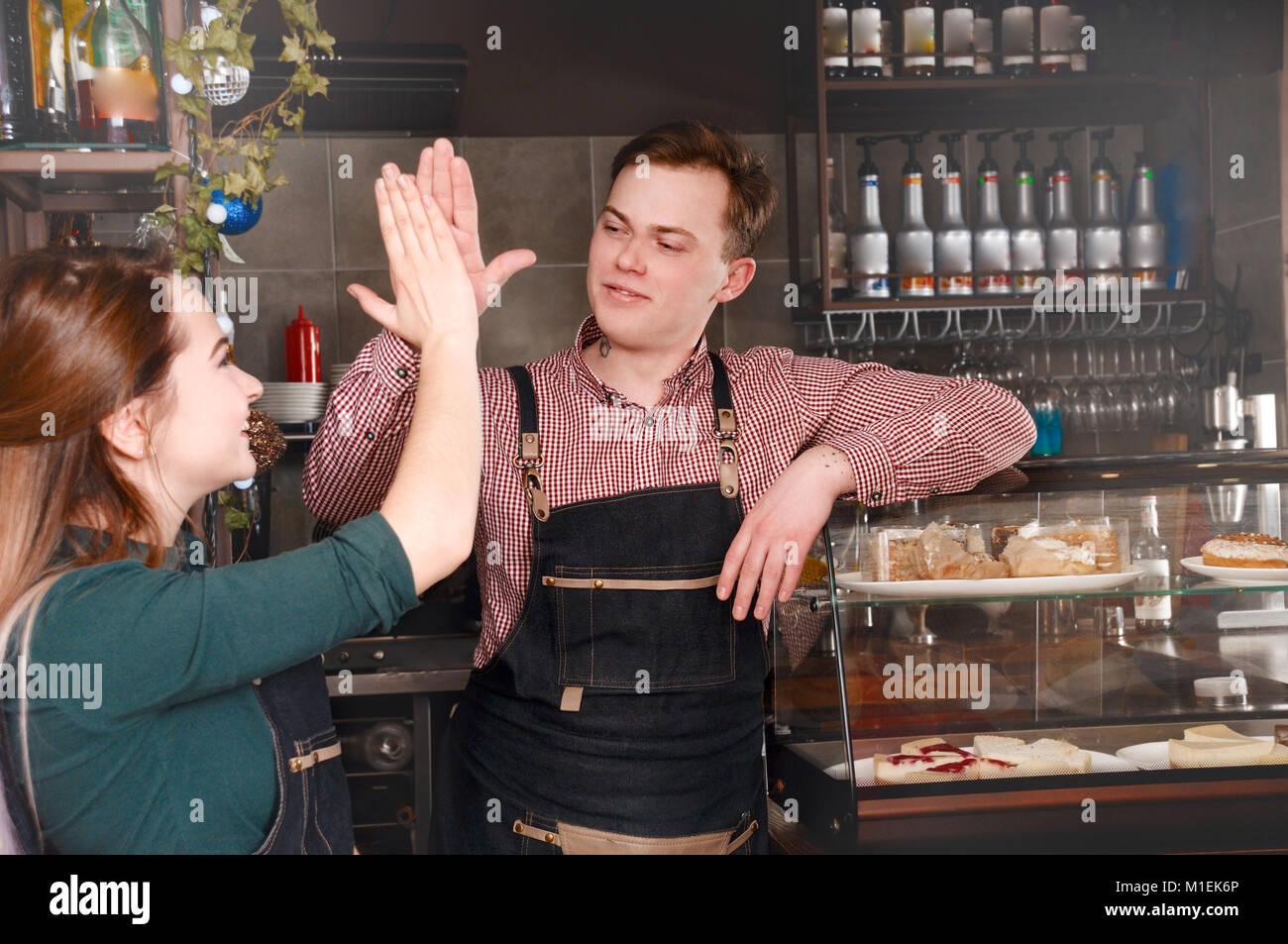 Excellent travail d'équipe de deux au lieu de travail. barista Bel homme et femme séduisante sont faire du café. Banque D'Images