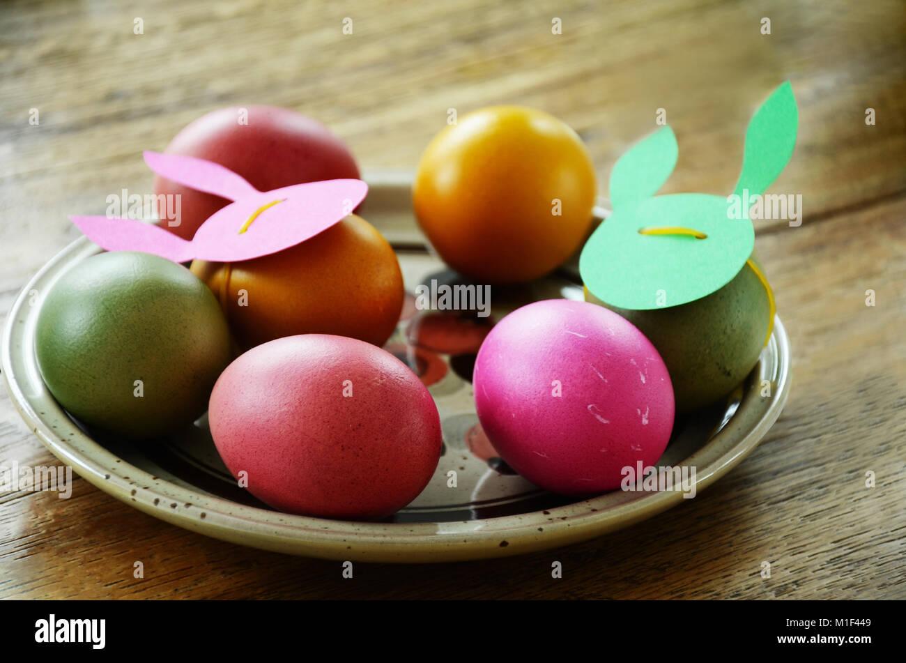 Dîner de fête table set Brunch de Pâques pour les tons de vert et rose Couleurs. Close up détails des oeufs de pâques Banque D'Images