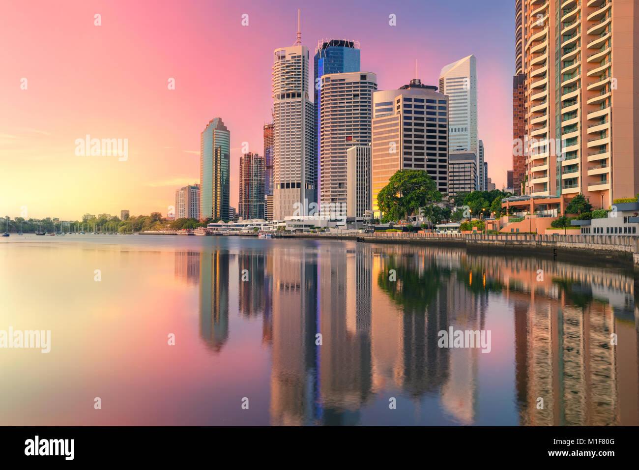 Brisbane. Cityscape image de Brisbane, Australie skyline pendant le lever du soleil. Banque D'Images