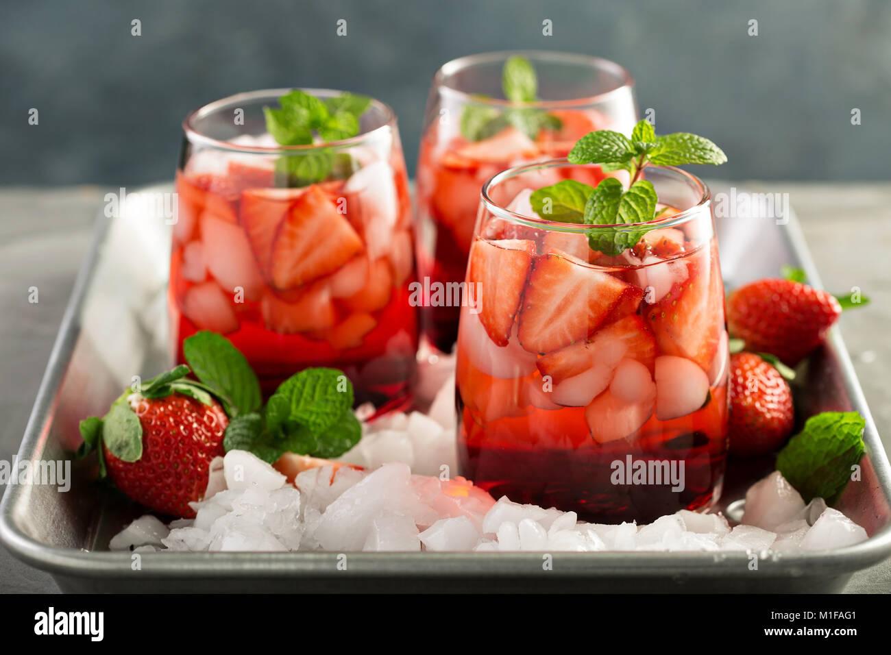 Thé glacé aux fraises rafraîchissante ou cocktail froid Photo Stock