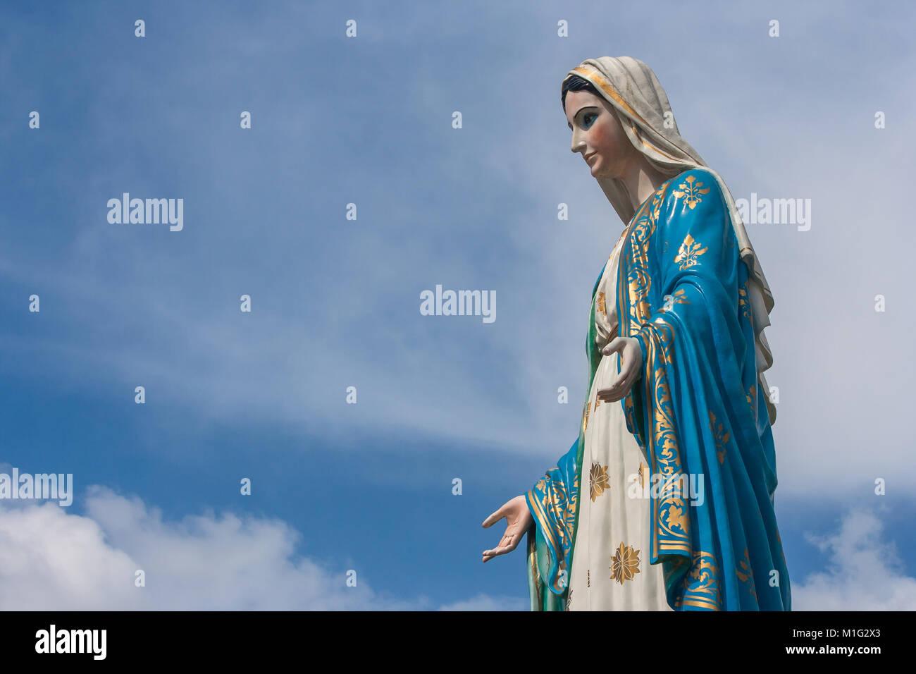 La Bienheureuse Vierge Marie Statue Debout En Face De La Cathédrale