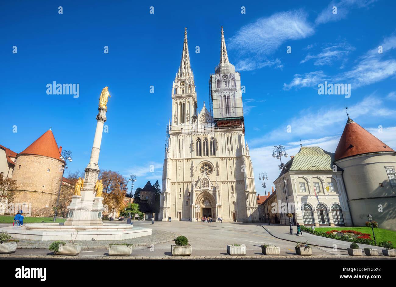 Vue sur cathédrale et Sainte Vierge Marie monument à Zagreb. La Croatie Photo Stock