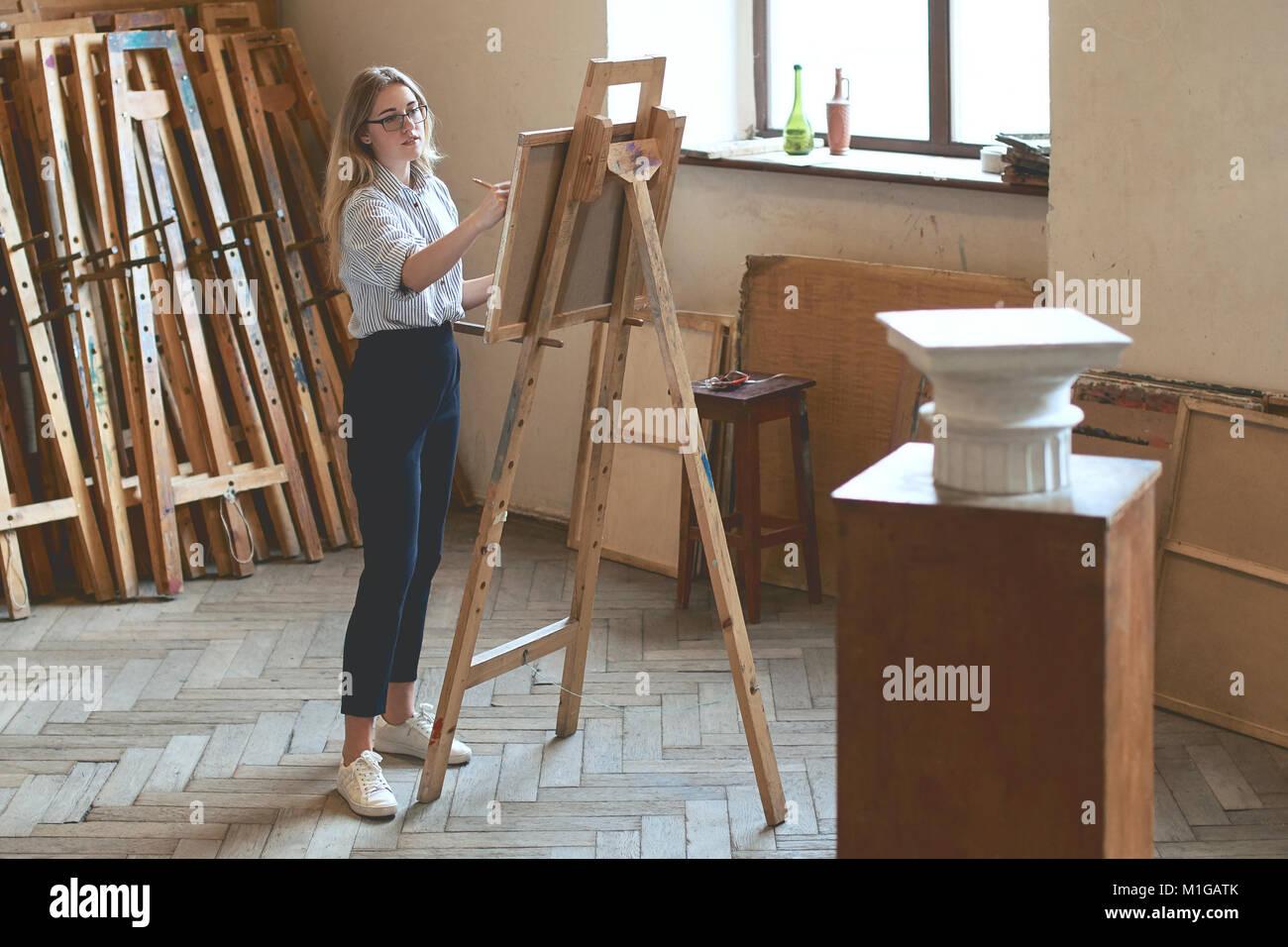 Belle Jeune Fille Etudiant Est Un Dessin Avec Un Crayon Capital
