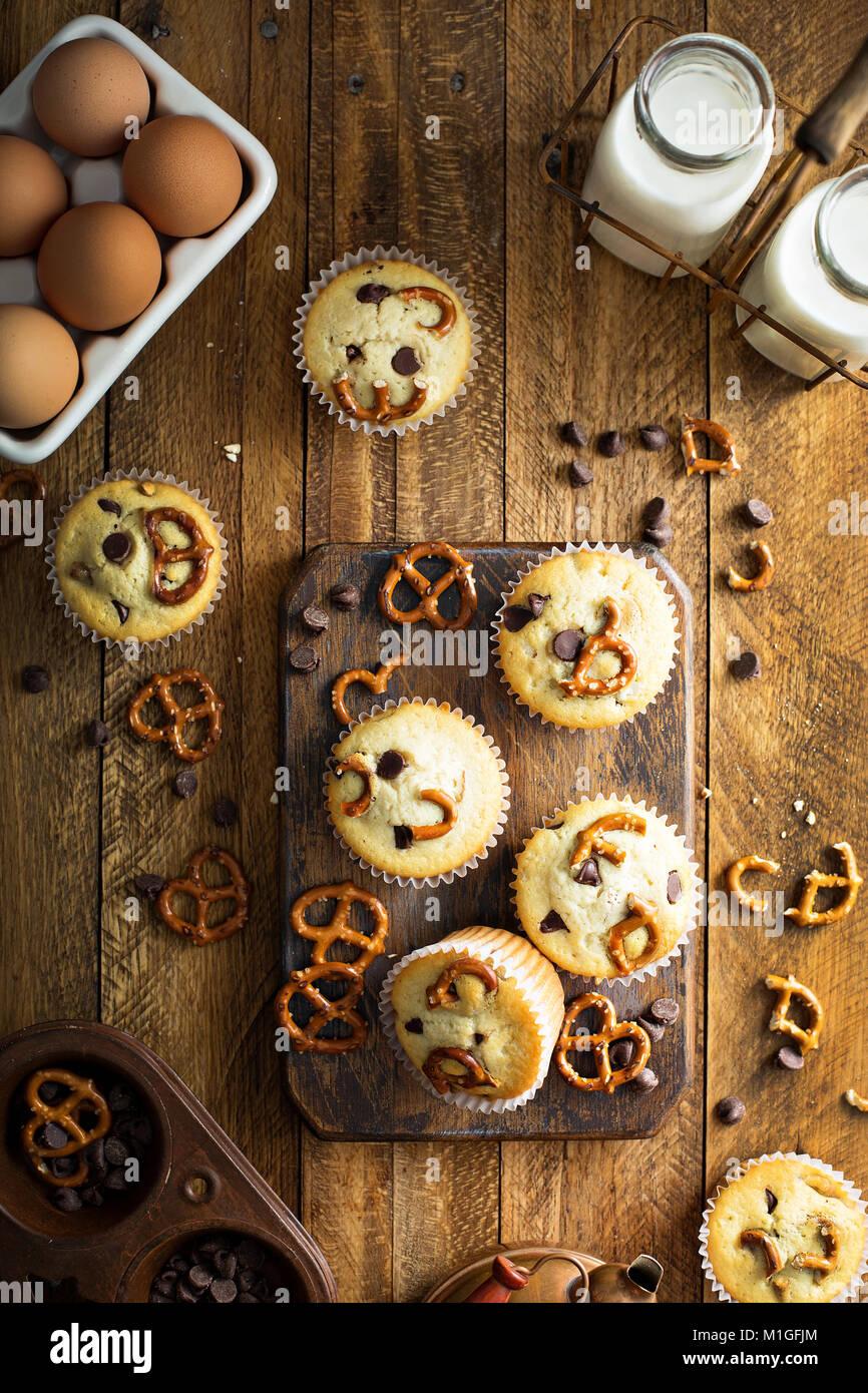 Muffins aux pépites de chocolat au lait et de bretzel sur fond de bois pour le dessert frais généraux shot Banque D'Images