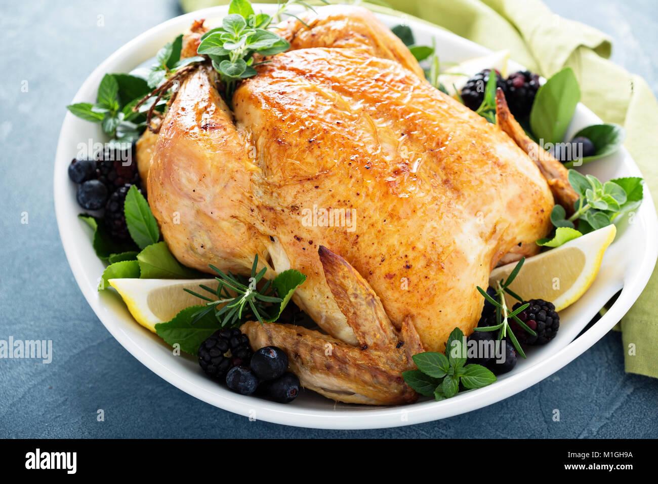 Poulet rôti au citron et herbes pour vacances ou le dimanche soir Photo Stock