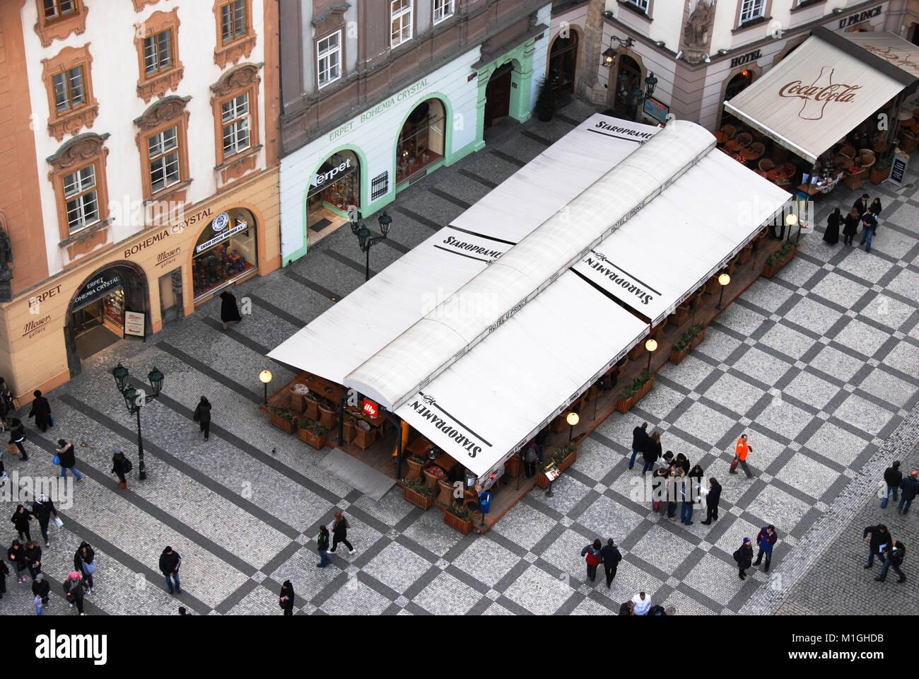 Prague, République tchèque - Le 12 mars 2009: les gens de tourisme à la pittoresque place de Photo Stock