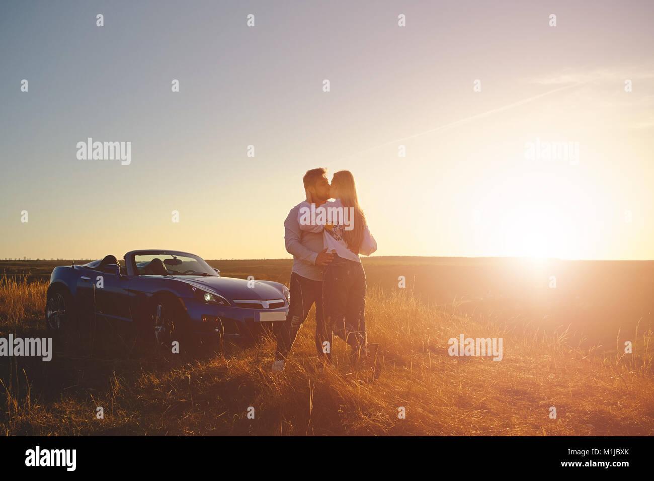 Beau couple s'embrasser et s'étreindre Photo Stock