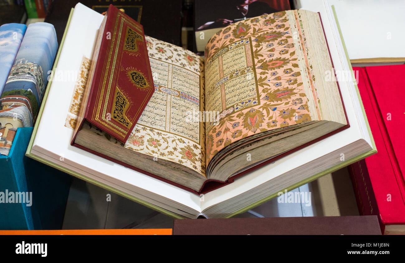 Le Livre Saint De L Islam Coran Avec Pages Ouvertes Banque D