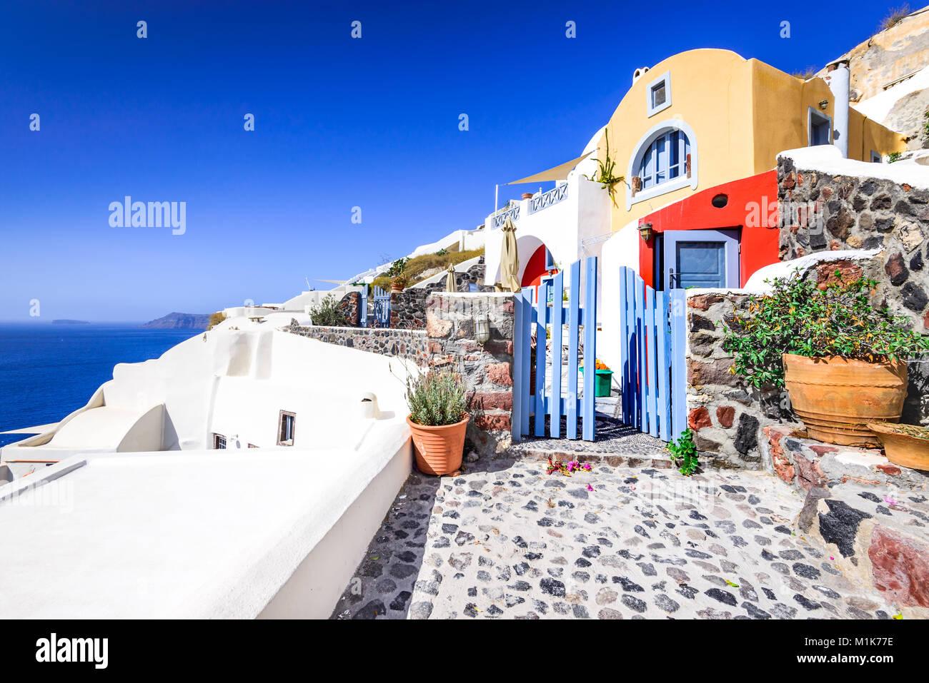 Oia, SANTORIN - Grèce. Célèbre attraction de village blanc avec des rues pavées et maisons colorées, Photo Stock