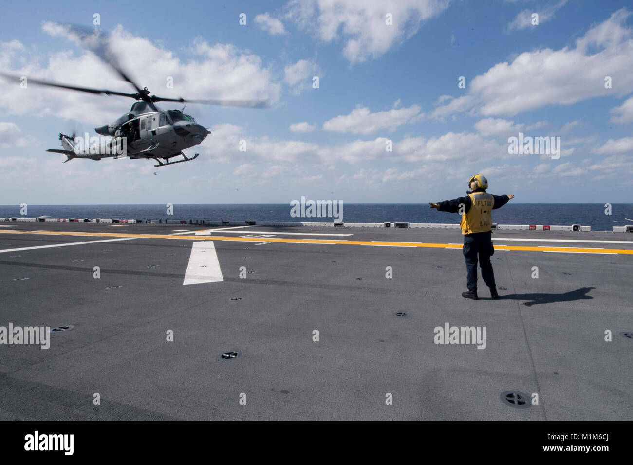 180130-N-NB544-063 MER DES PHILIPPINES (janv. 30, 2018) l'Aviation maître de Manœuvre (manutention) 2e Photo Stock