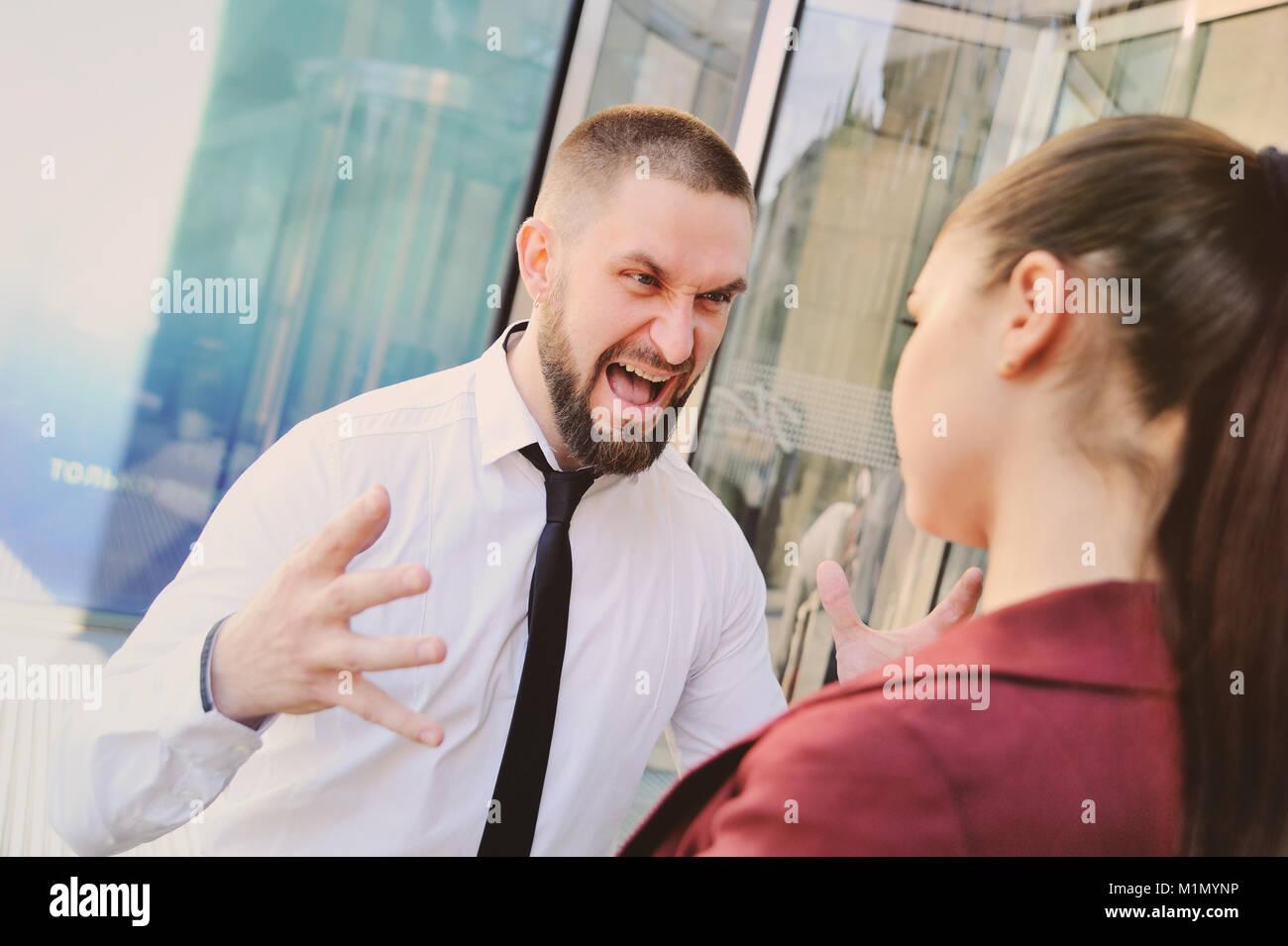 Patron des cris et ses employés gronde Photo Stock