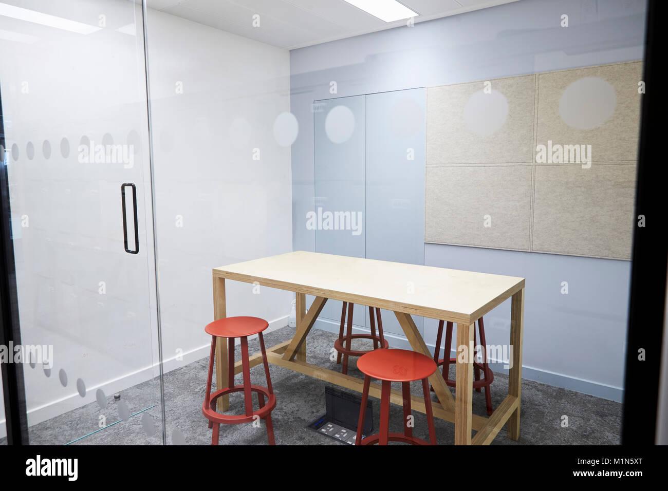 Petite salle de réunion vide à un établissement commercial moderne Banque D'Images