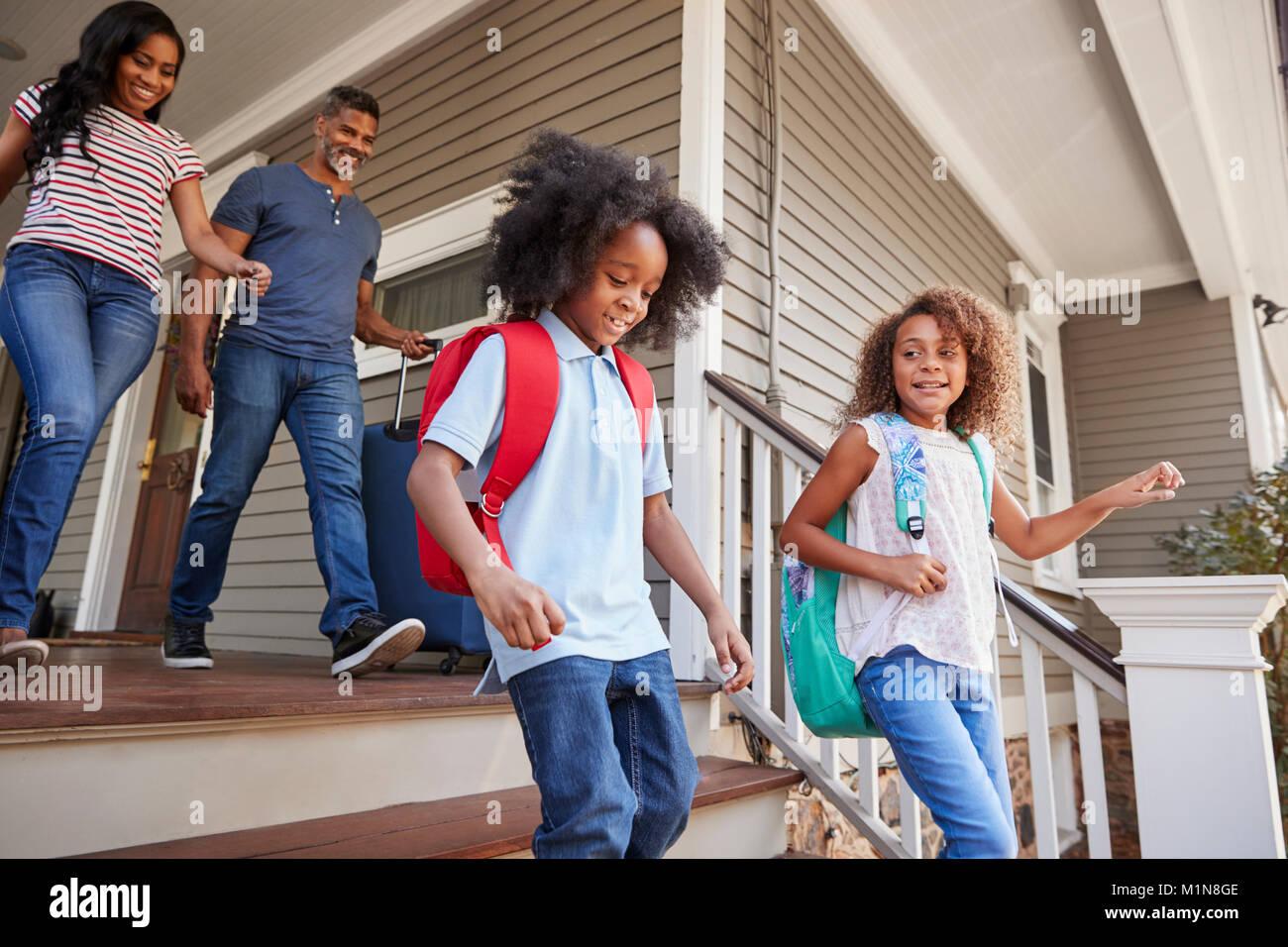 Famille avec une assurance de quitter Maison de Vacances Photo Stock