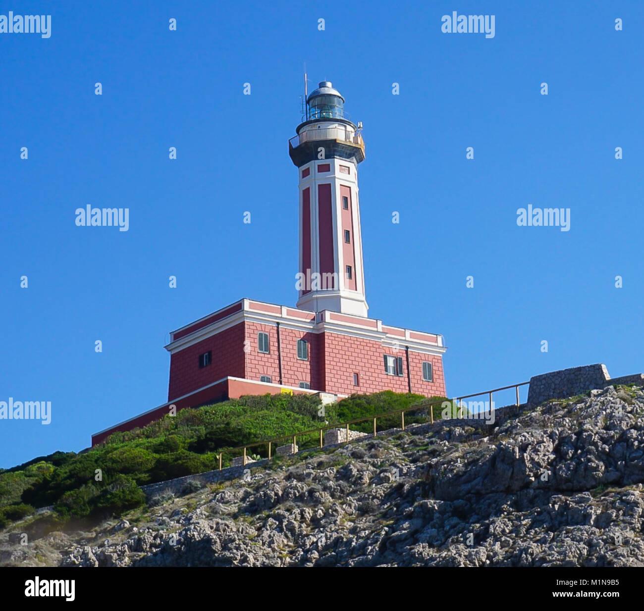 Le phare sur la falaise de Punta Carena sur l'île de Capri, Italie Banque D'Images