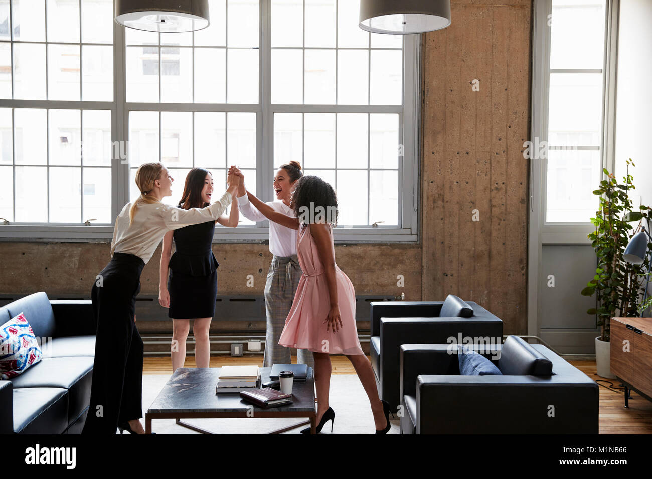 Collègues femmes cinq à la grande réunion de motivation Photo Stock